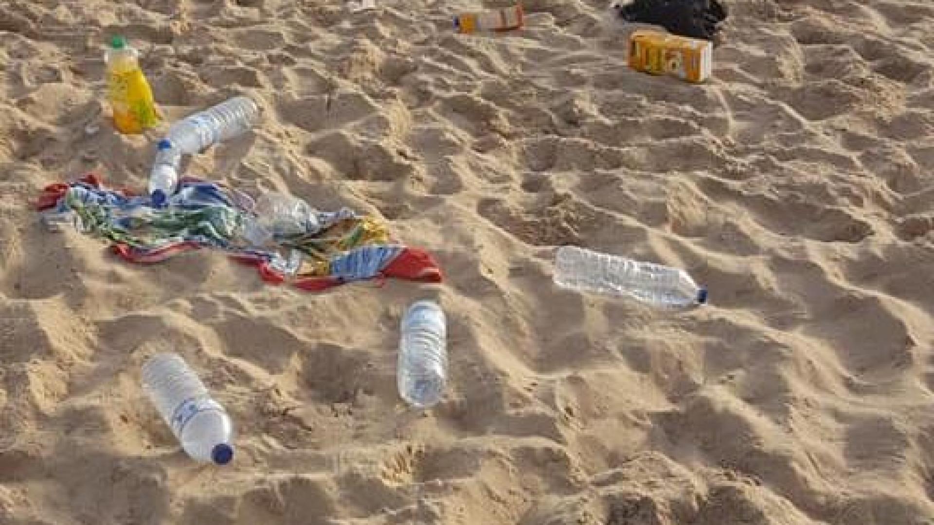 """Passou horas a limpar praia de Carcavelos e relembrou: """"Não é um aterro"""""""