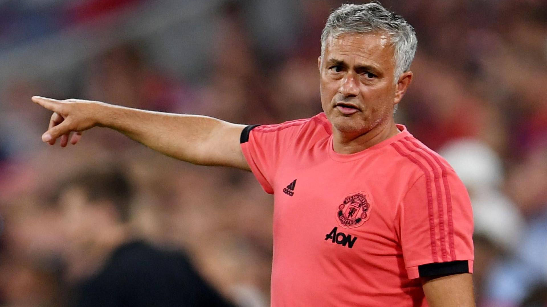 3946cc72ca Mourinho  desespera  por central e vira-se para o Chelsea