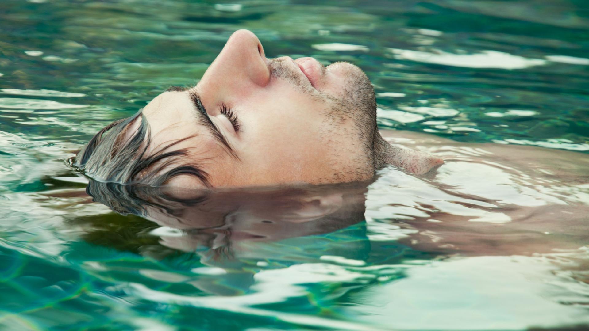 Descubra os estranhos e curiosos benefícios de flutuar em água salgada