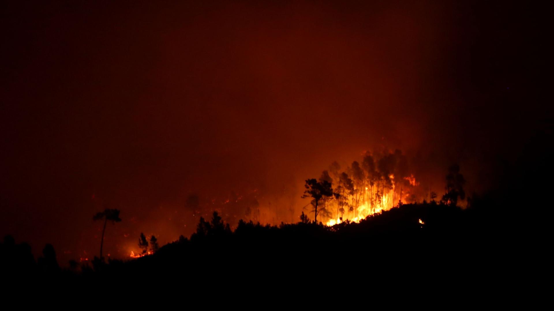 Mais de 150 bombeiros combatem fogo em Monchique