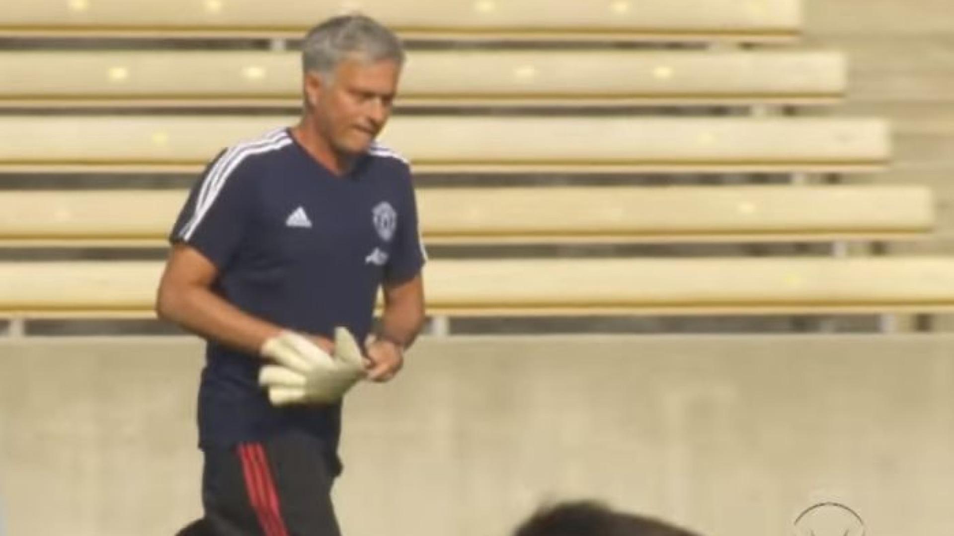 Mourinho foi à baliza contra multidão de crianças... e não convenceu