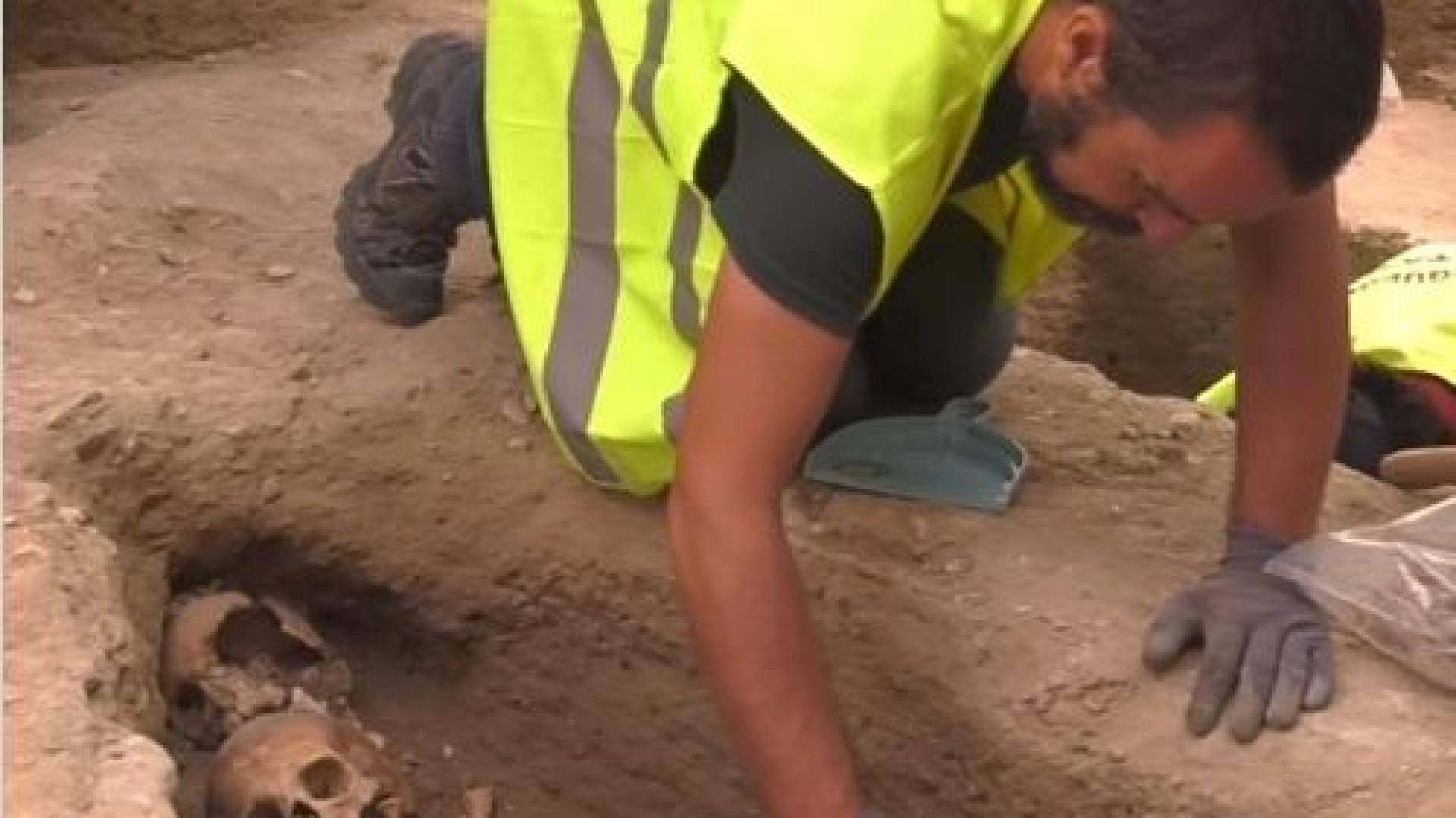 Instalavam ecopontos, mas encontraram cemitério medieval. Eis as imagens