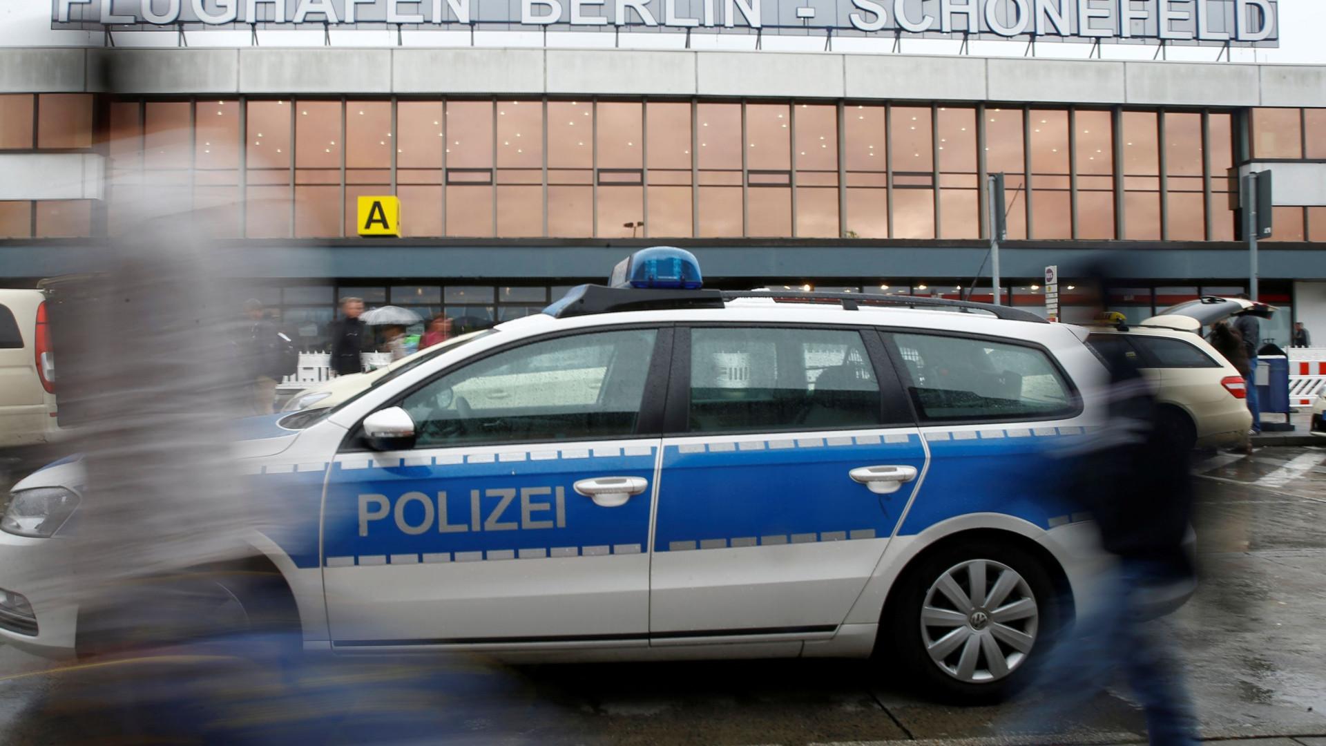 Aeroporto evacuado depois de segurança confundir vibrador com granada