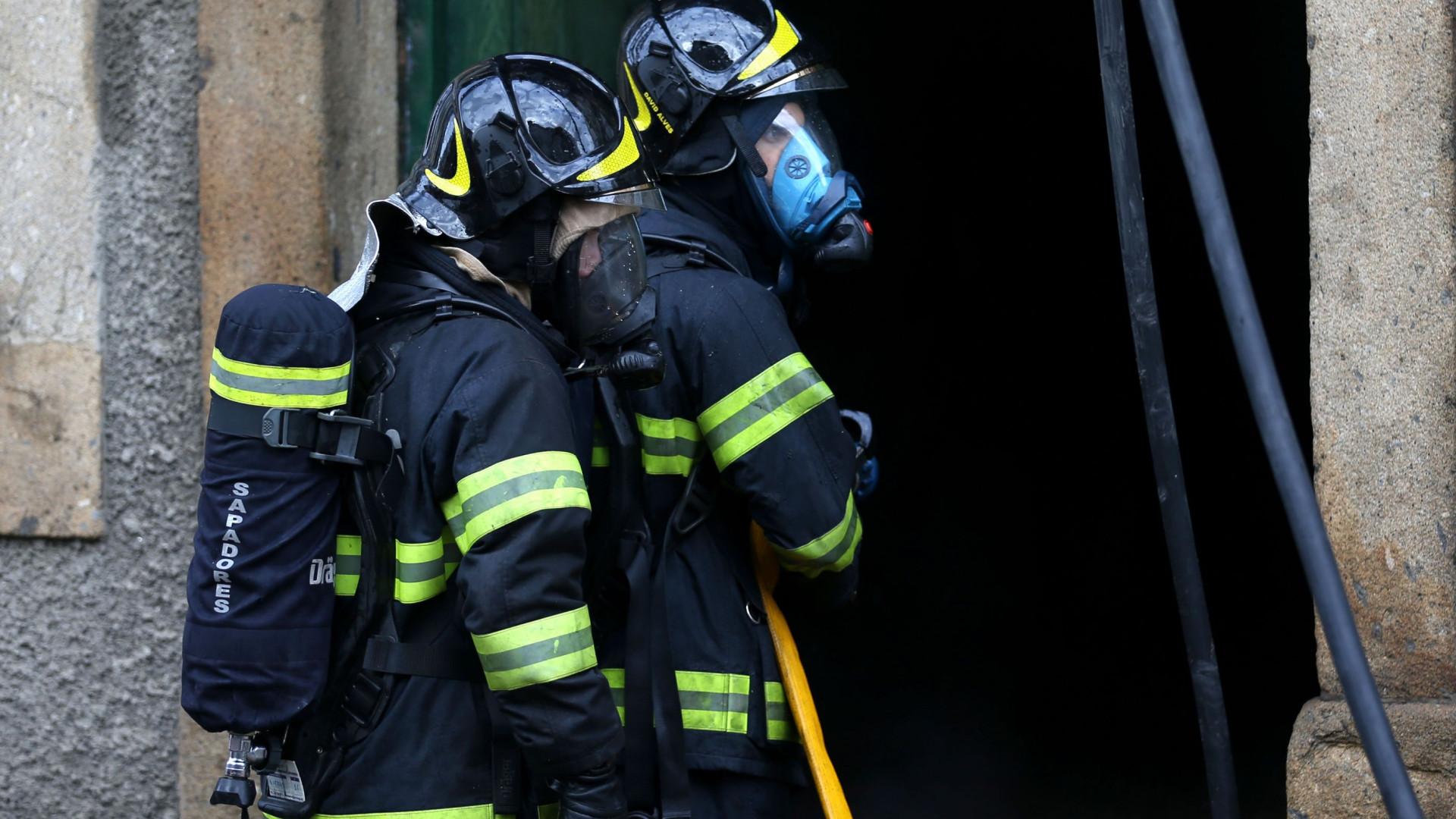 Uma pessoa ferida com gravidade após incêndio em casa de saúde do Porto