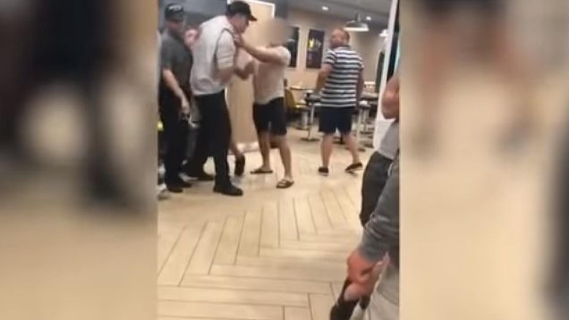 Irmãos agridem gerente de McDonald's. Pai assiste sem fazer nada