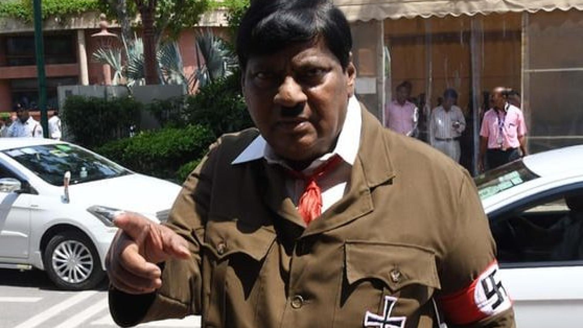 Deputado indiano vai ao parlamento disfarçado de Hitler