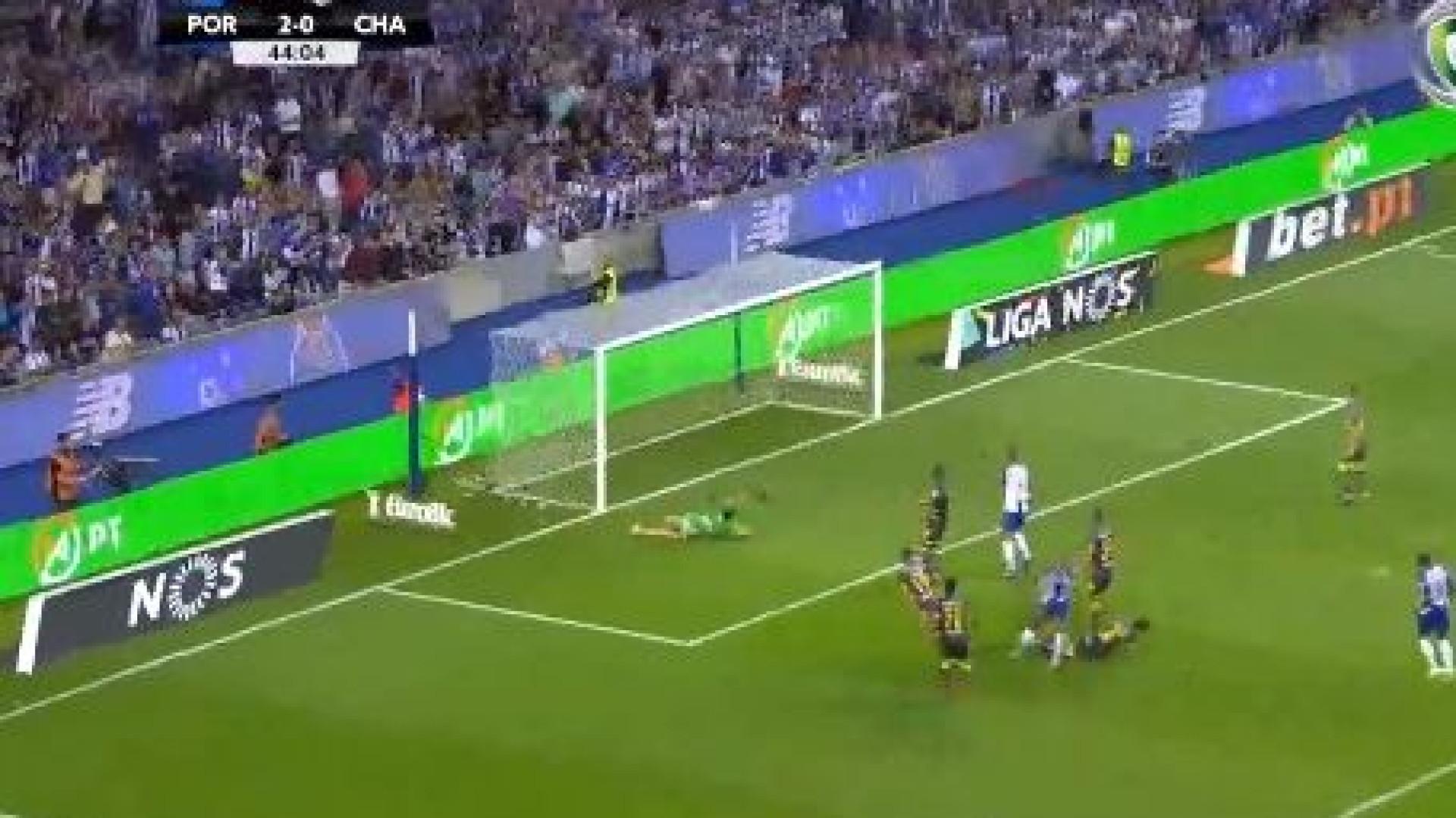 Brahimi, em jogada individual, desfaz a defesa do Chaves para o terceiro