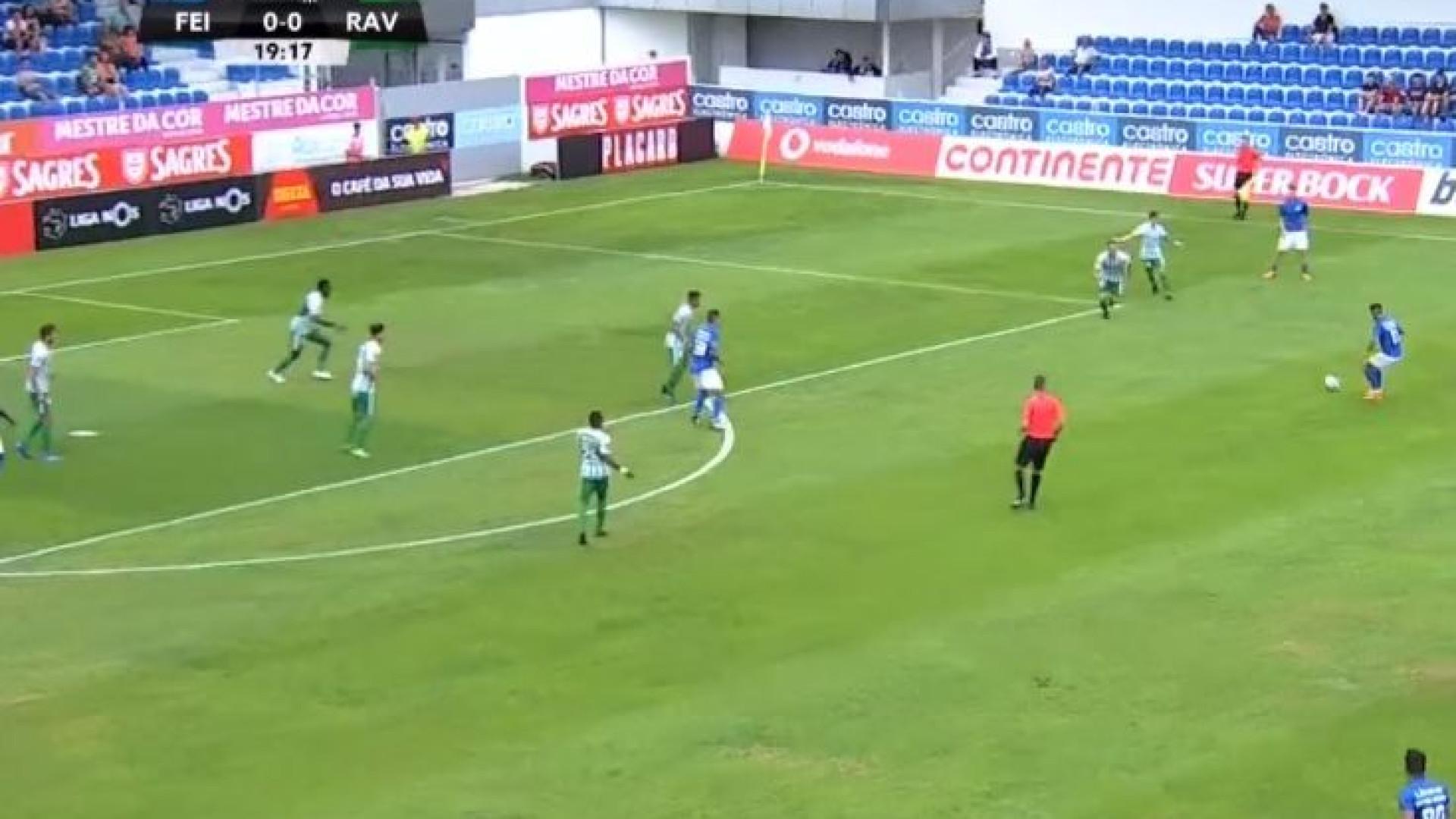 De fora de área, Tiago Silva rematou para o 1-0
