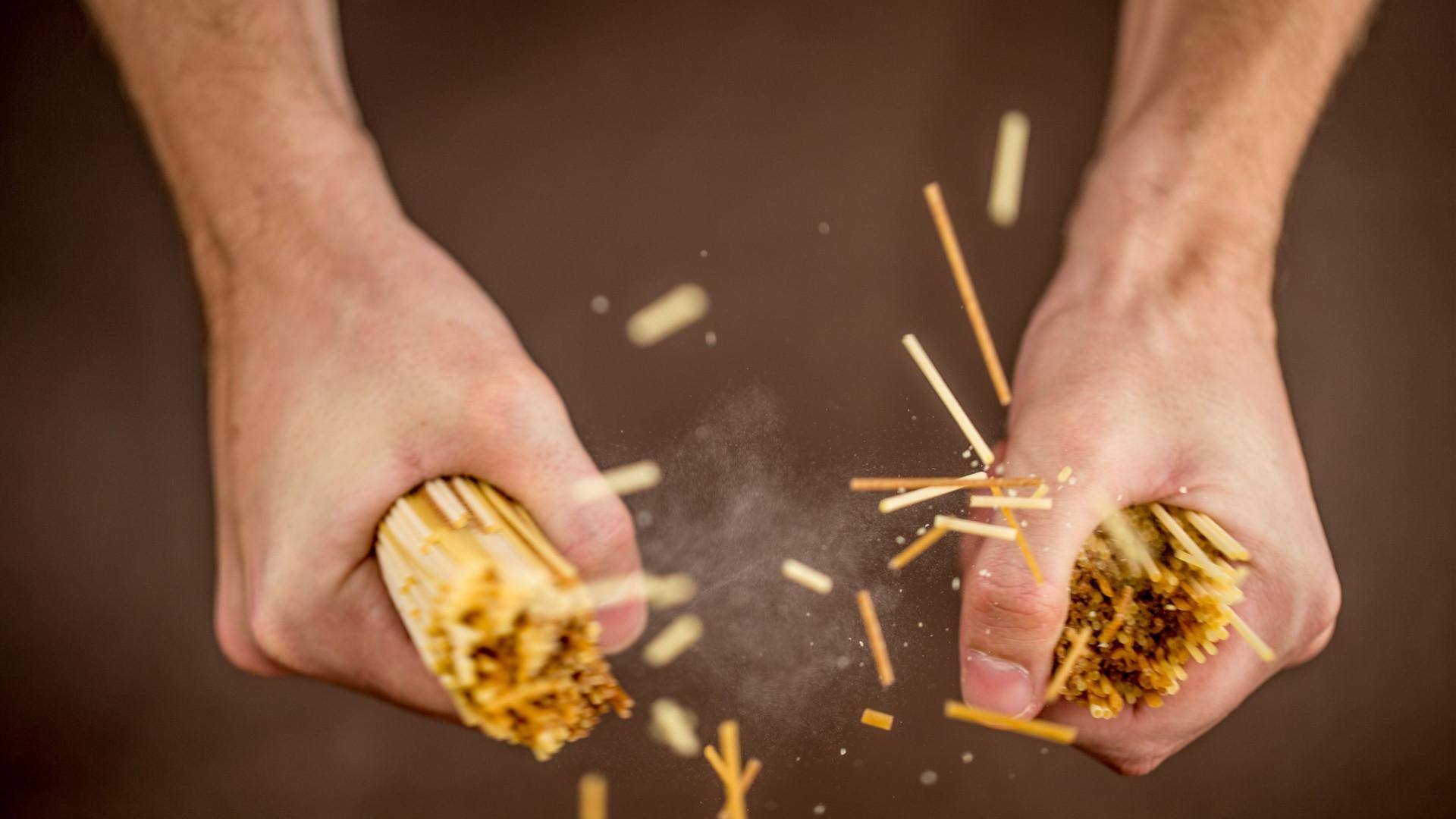 Partir o esparguete de forma perfeita? Houve quem encontrasse a fórmula