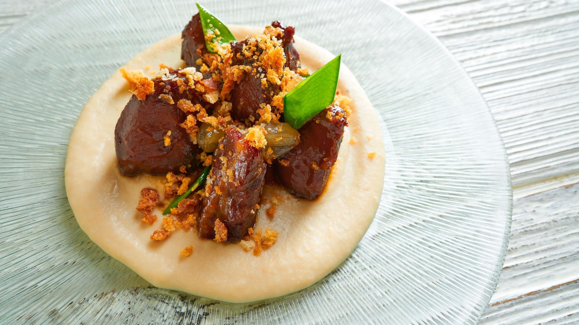 Aprenda a fazer esta receita de bochechas de porco confitadas