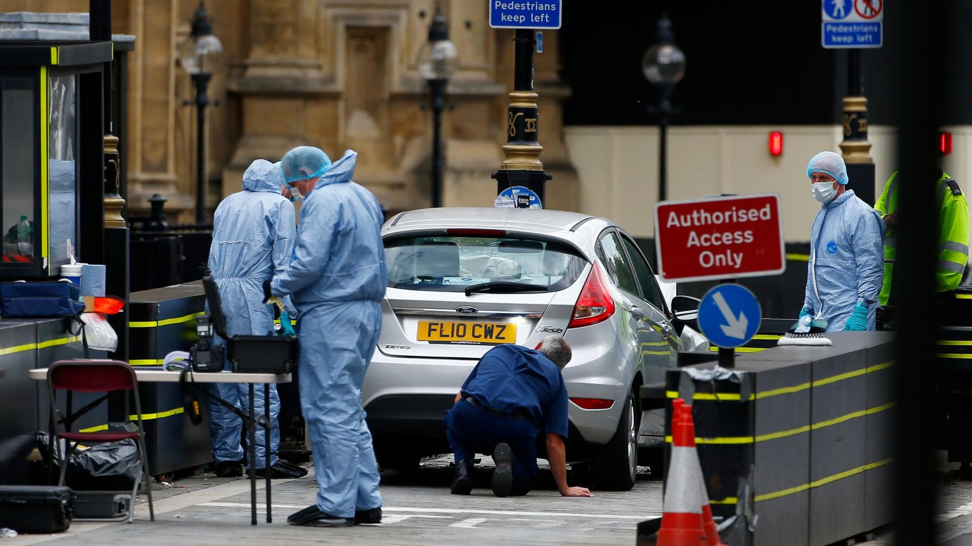 Polícia britânica faz buscas em três moradas após ataque em Westminster