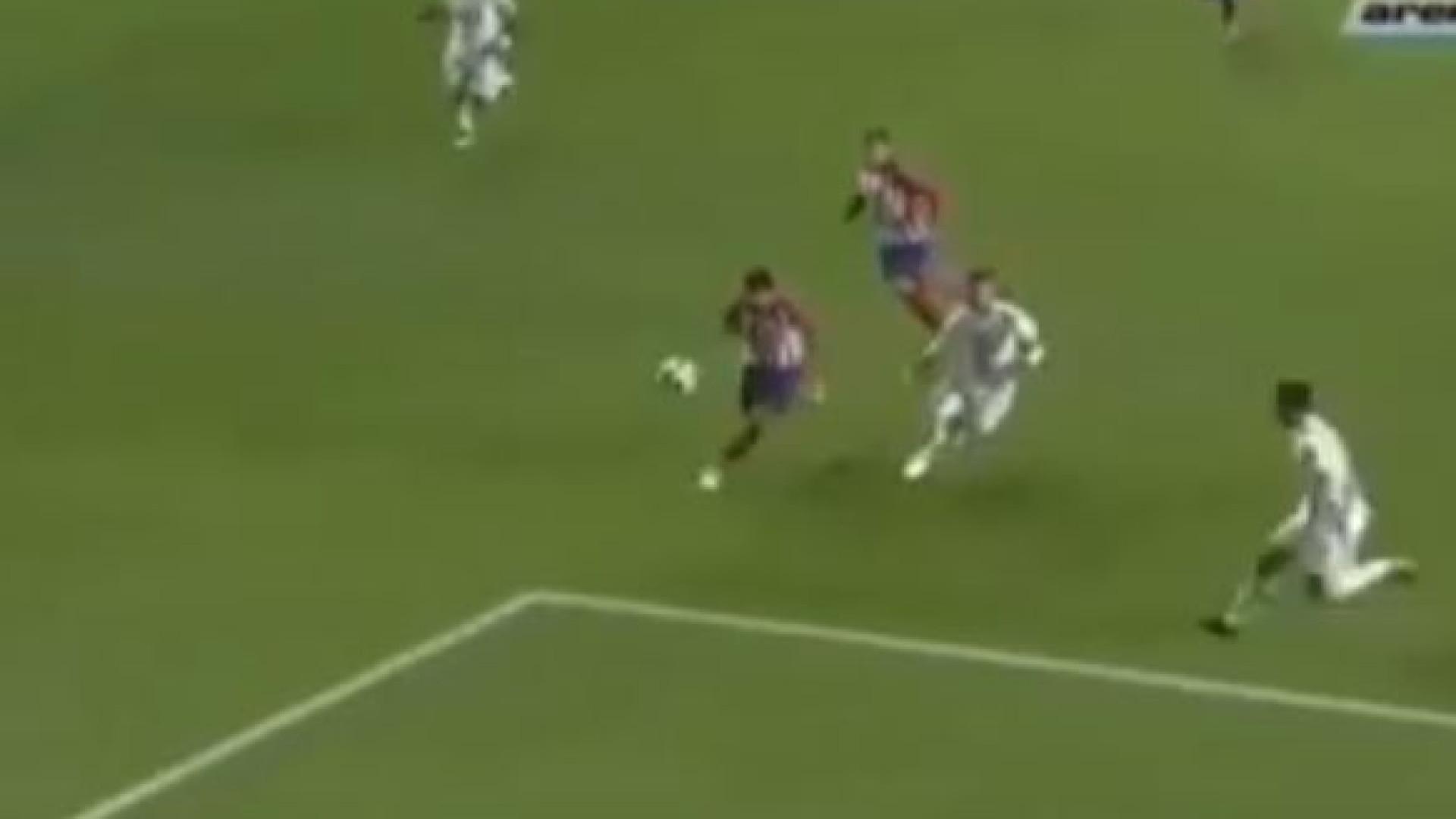 Diego Costa 'domina' de cabeça, ajeita o esférico e dispara para o 1-0