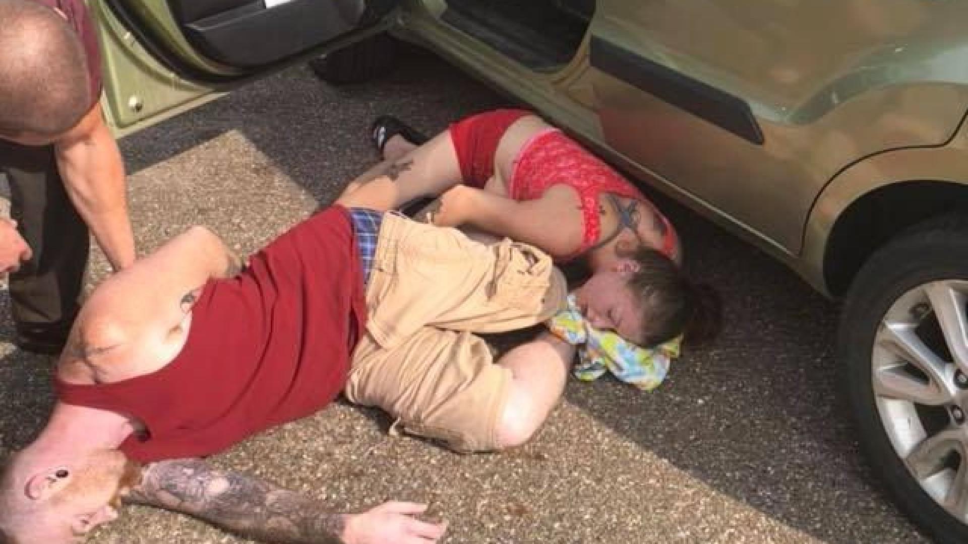 Casal resgata bebé de dentro de carro em dia com mais de 30 graus nos EUA