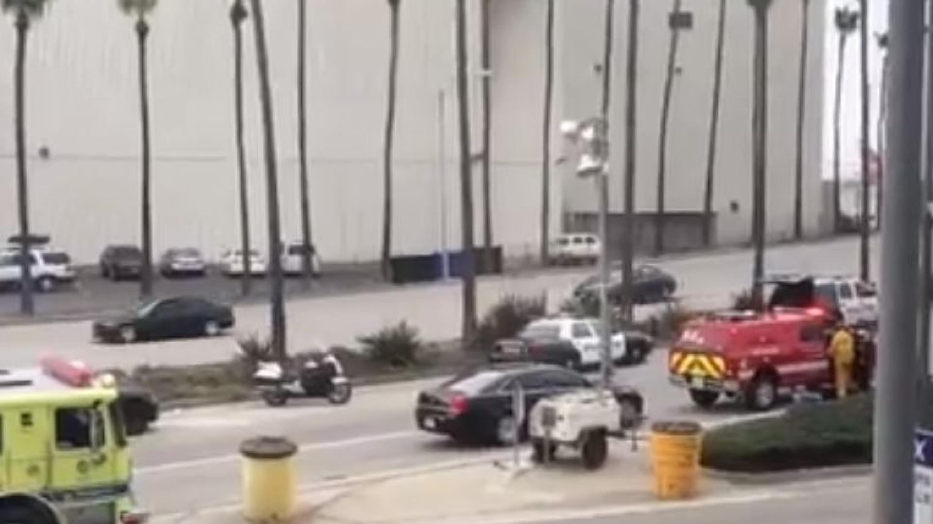 Homem detido perto do aeroporto de Los Angeles. Tinha armas na carrinha