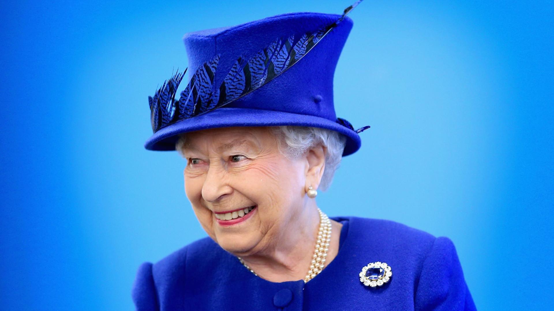 Rainha Isabel II está a contratar. Há uma vaga de trabalho no palácio
