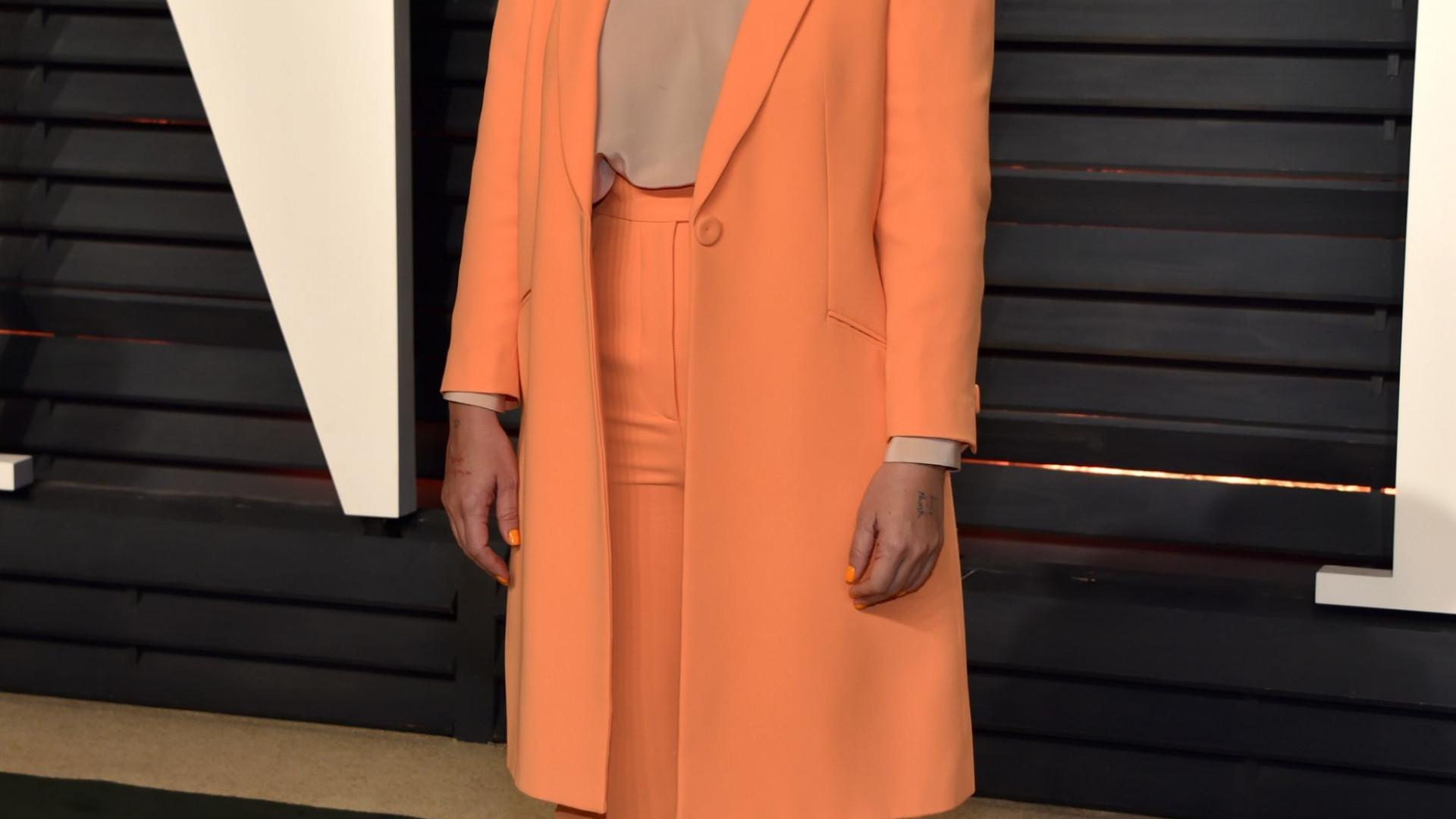 Sem famosa peruca, Sia surge em evento com rosto à vista