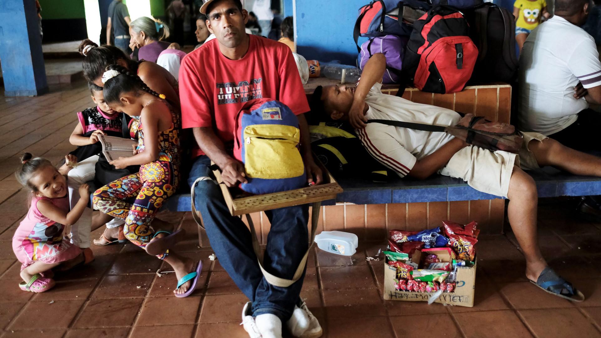 Mais de mil venezuelanos abandonam Brasil depois de violência