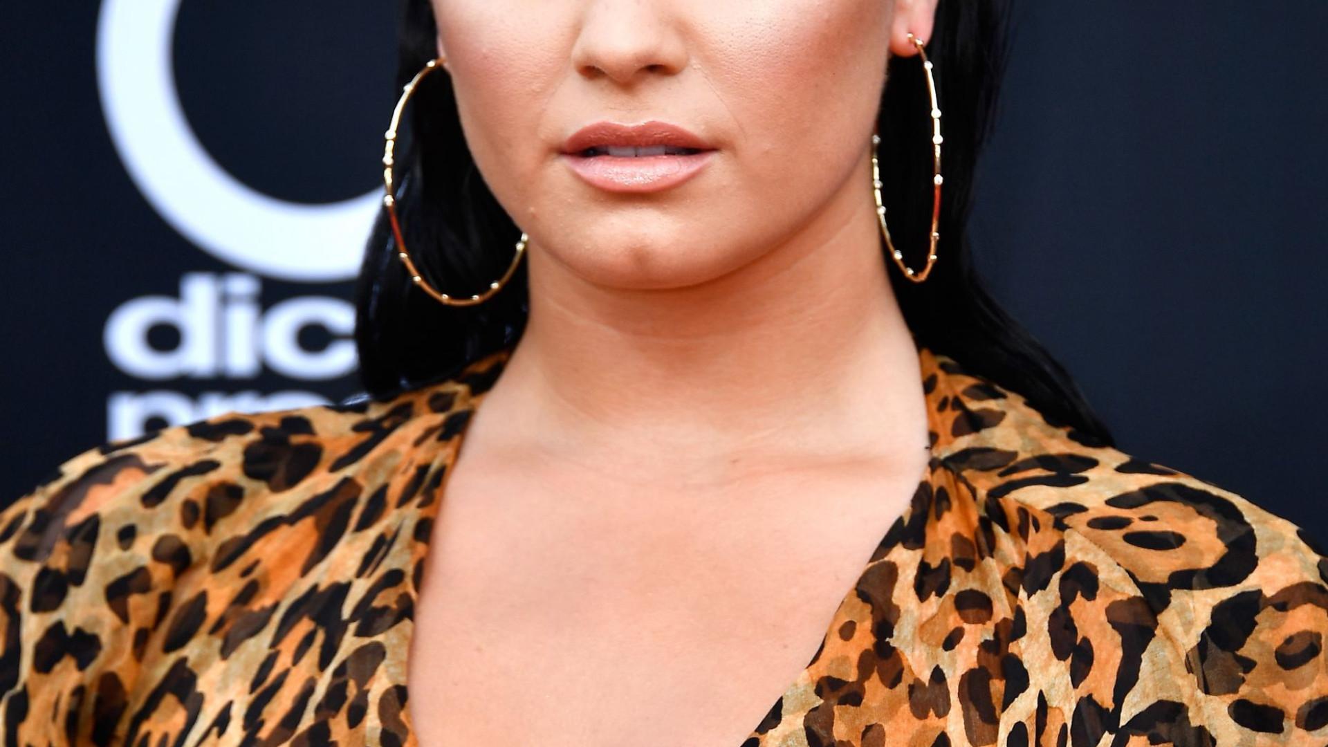 Demi Lovato fotografada pela primeira vez após overdose