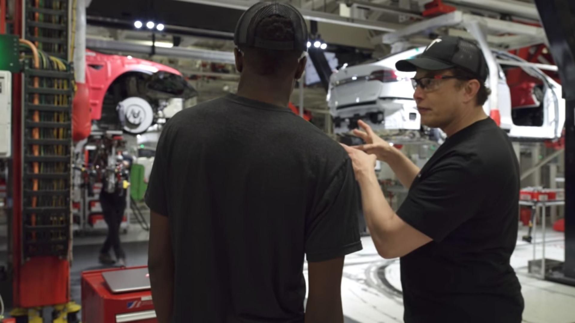 Deixe Elon Musk fazer-lhe uma visita guiada da fábrica da Tesla