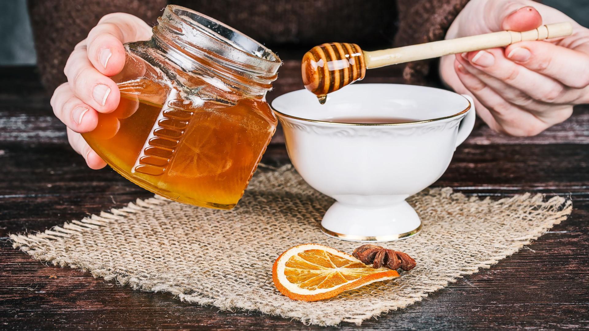 Por que razão deve preferir o mel aos antibióticos?