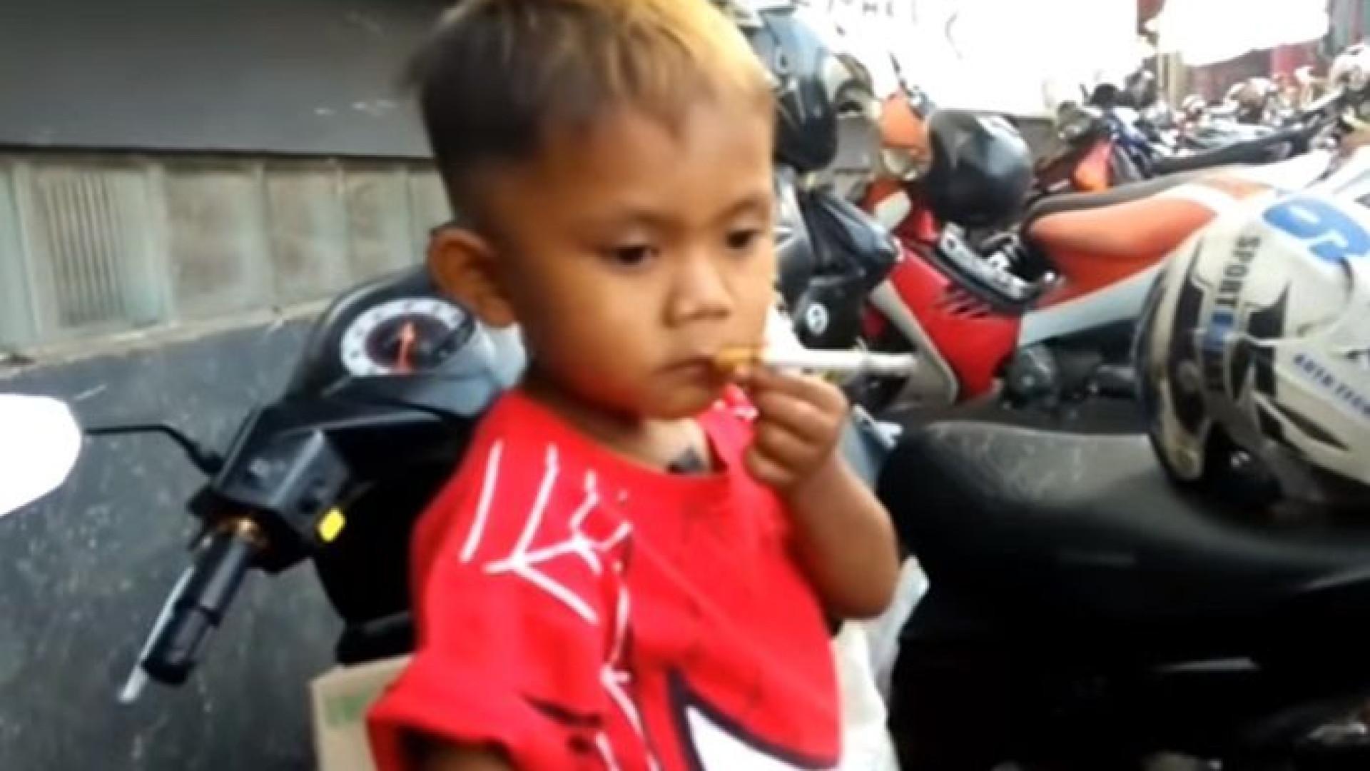 Criança de dois anos tenta deixar de fumar ao brincar mais