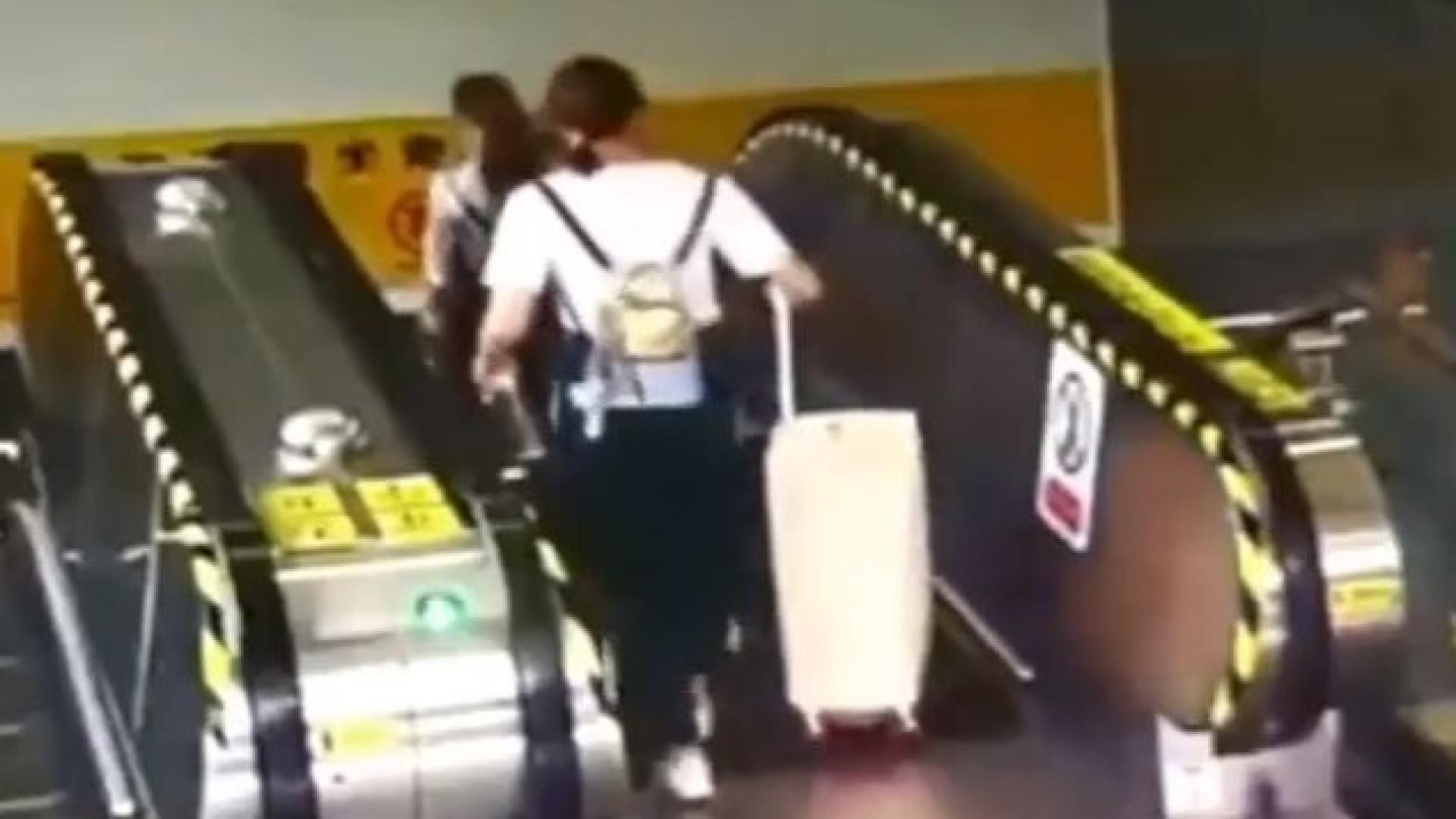 Mulher derrubada em escada rolante por... uma mala