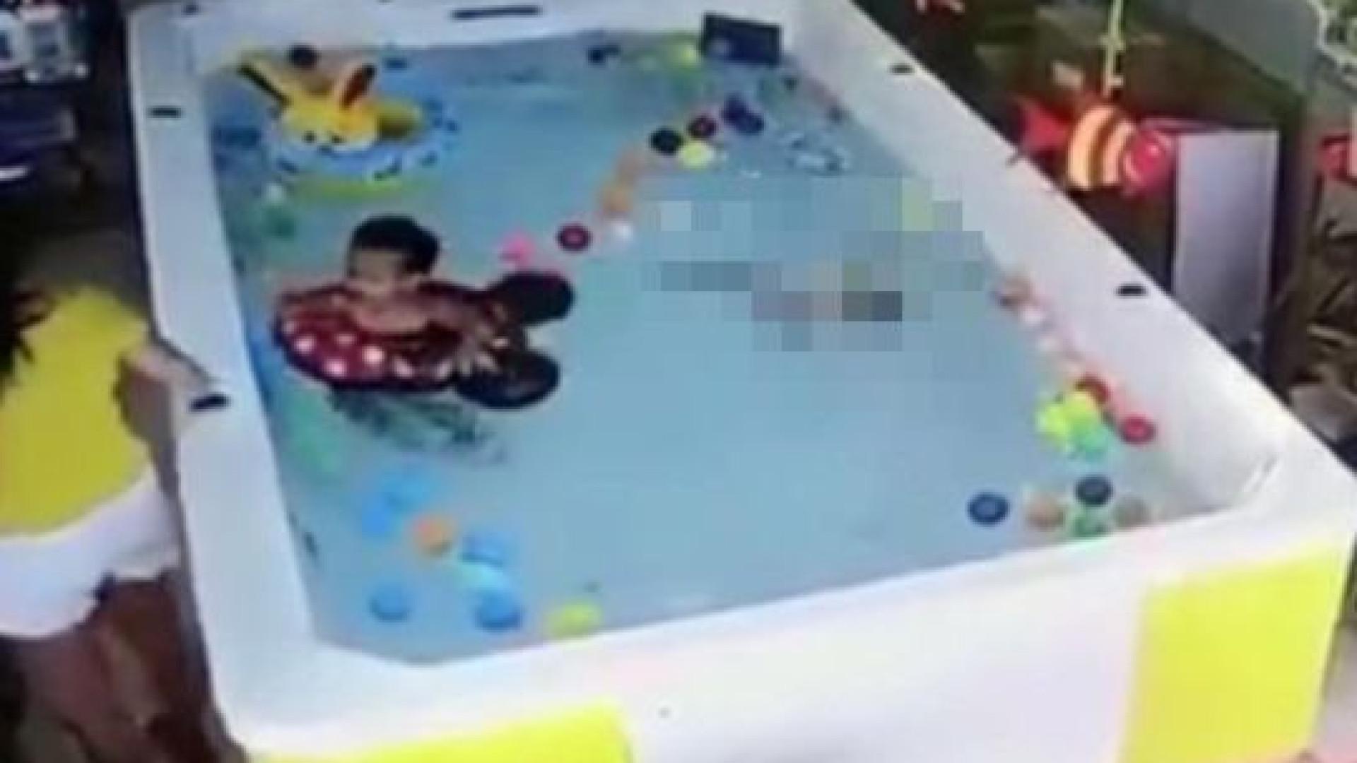 Criança fica 90 segundos debaixo de água enquanto mãe está ao telemóvel