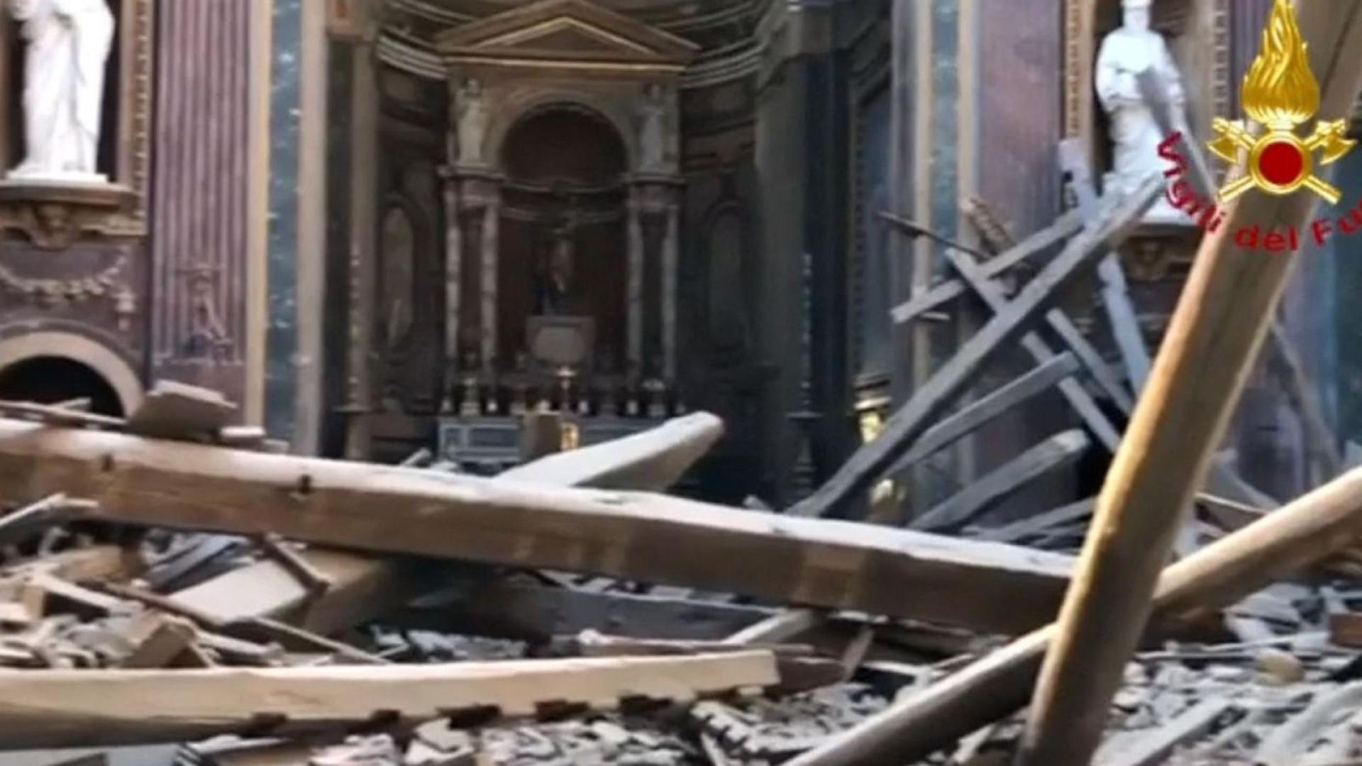 Telhado de igreja católica histórica colapsa em Roma
