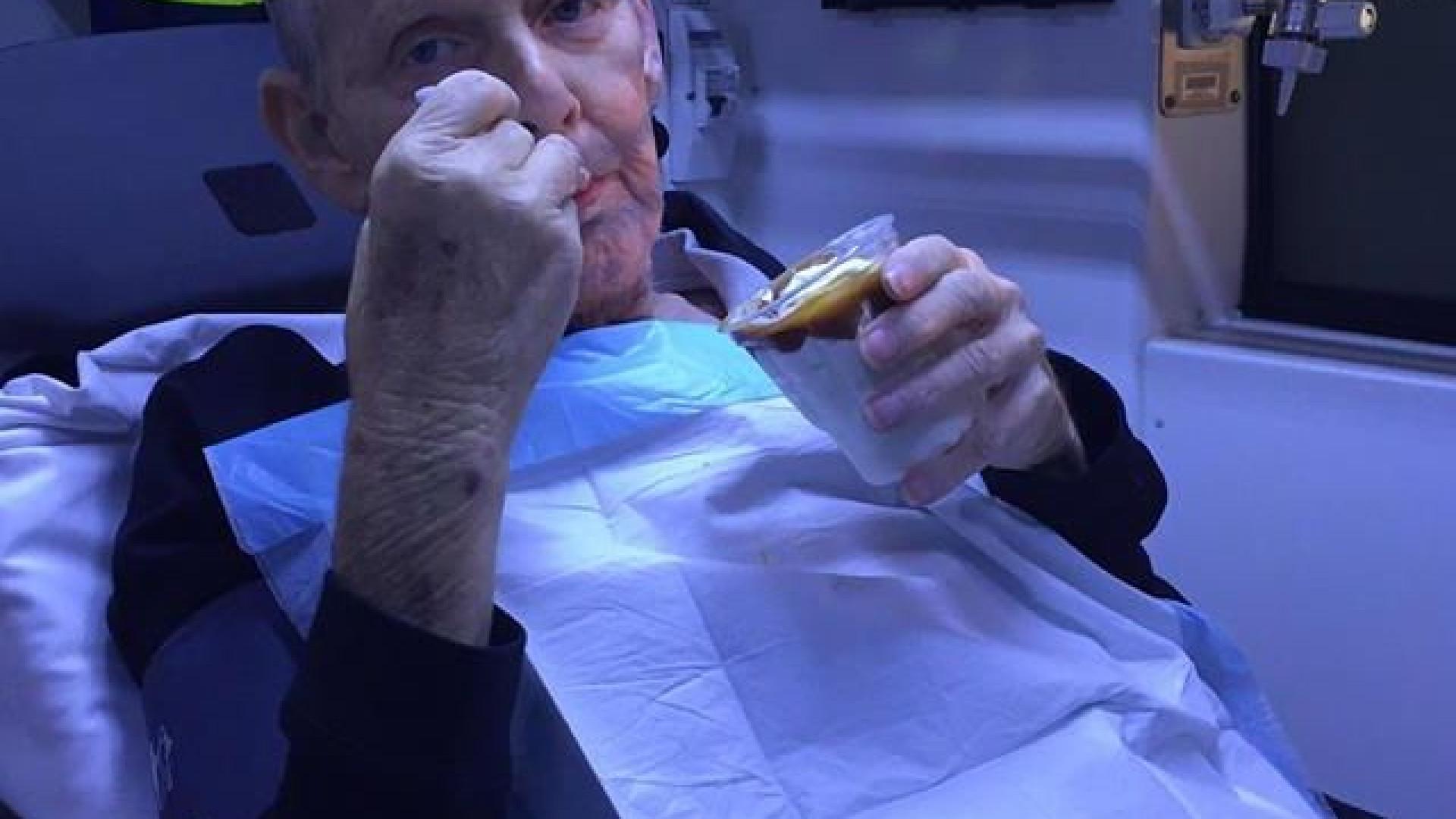 Paramédicos concedem último desejo a doente terminal: Comer um gelado