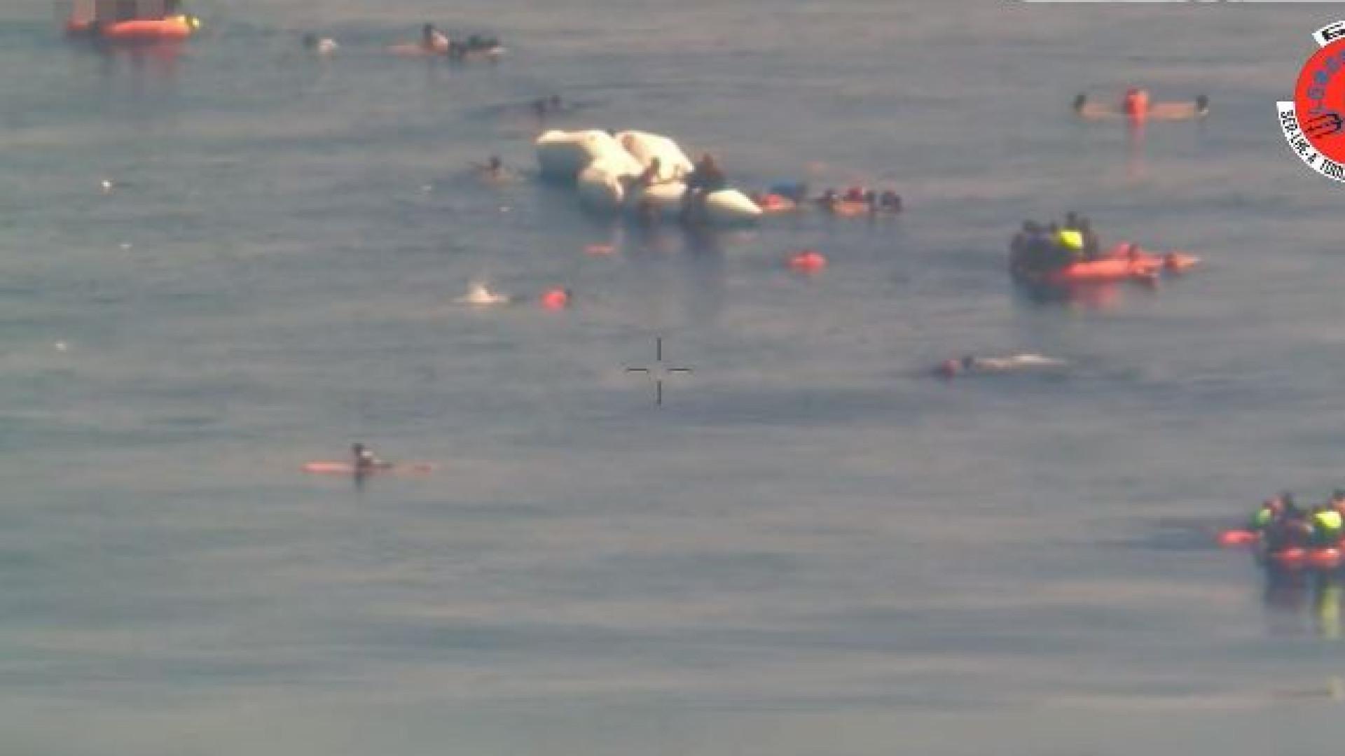 As imagens do naufrágio em que a Força Aérea salvou 150 migrantes