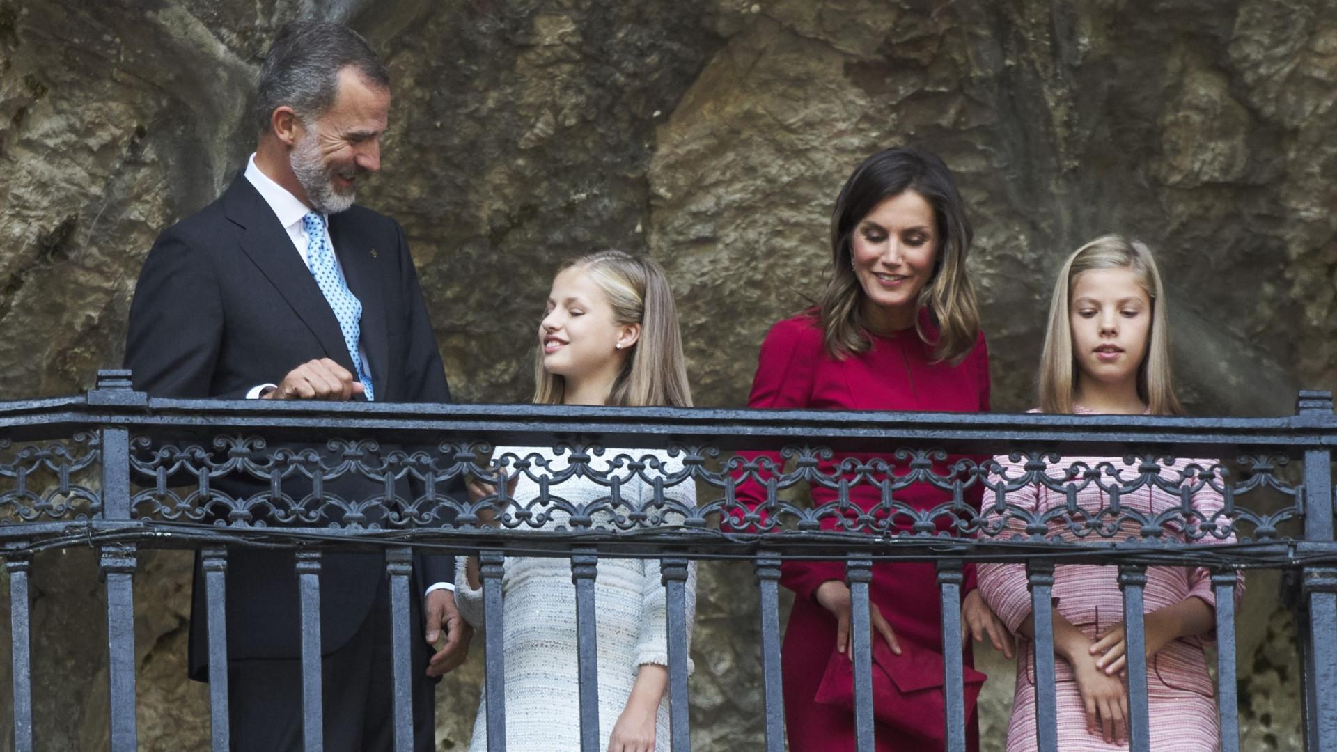 Letizia e Felipe VI acompanham filhas no primeiro dia de aulas