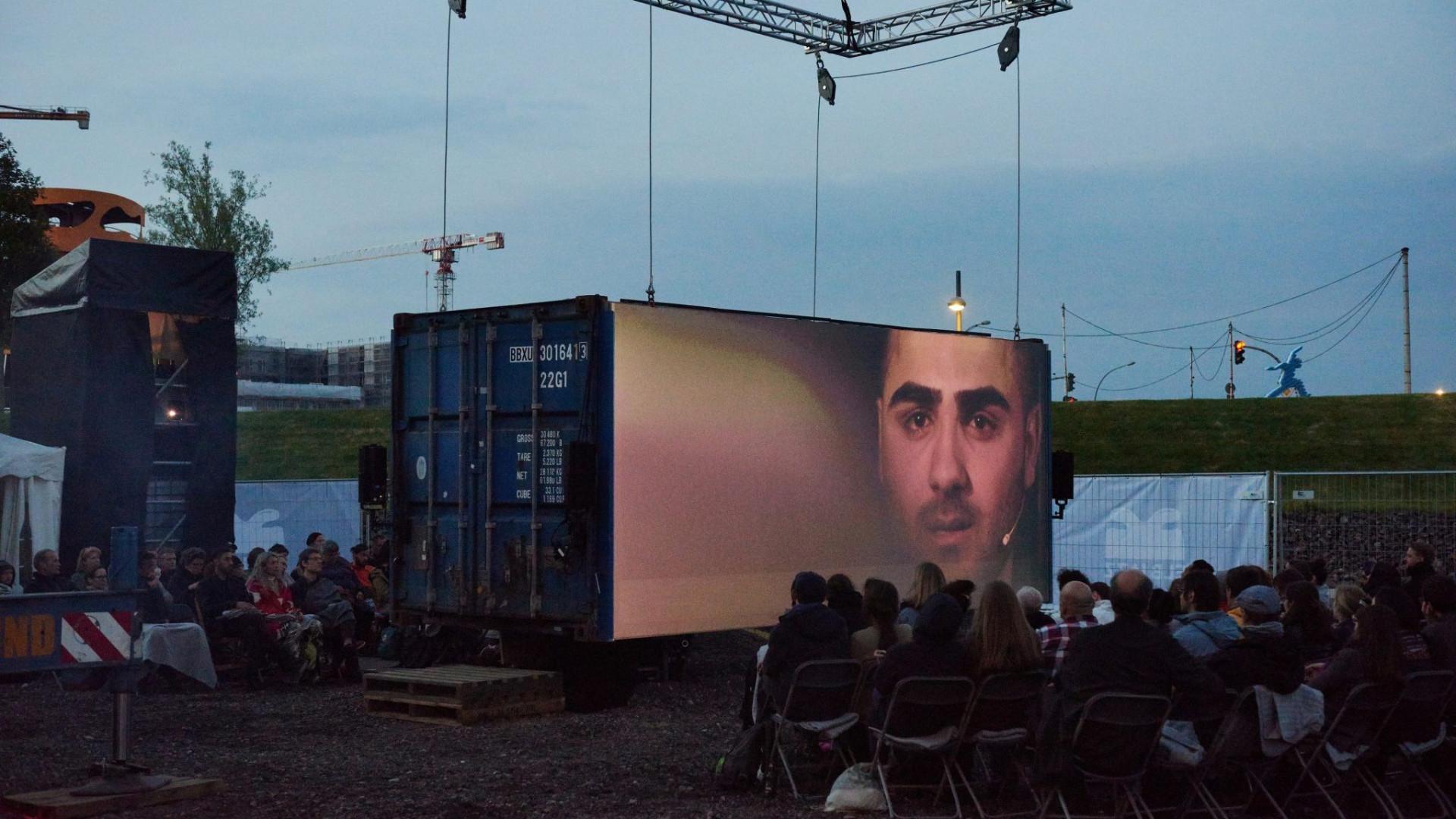 Christiane Jatahy dirige 'Moving people' com migrantes no palácio Pimenta