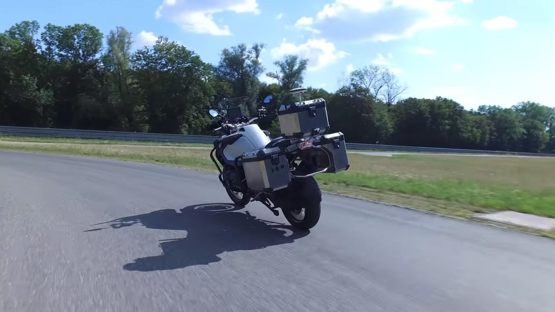 O novo projeto da BMW. Vídeo mostra mota a conduzir sozinha
