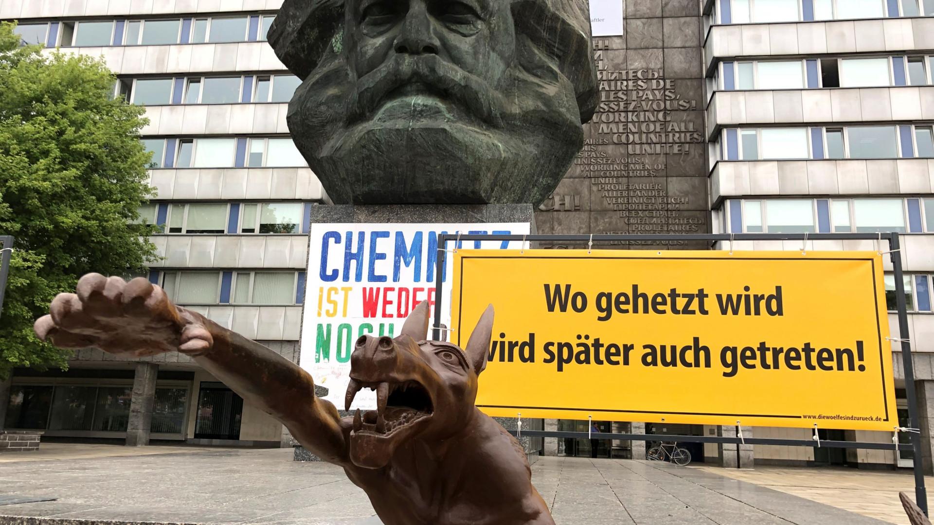 Estátuas de lobos a fazerem saudação nazi expostas em Chemnitz