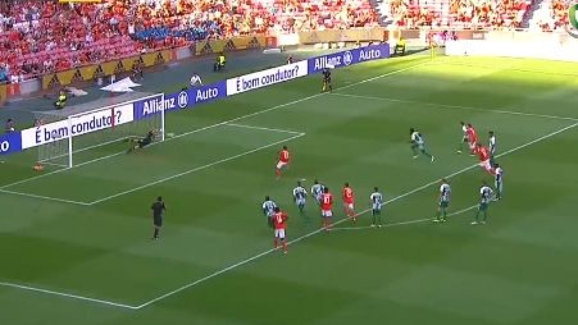 Salvio marca de grande penalidade após falta de Gabriel sobre Seferovic