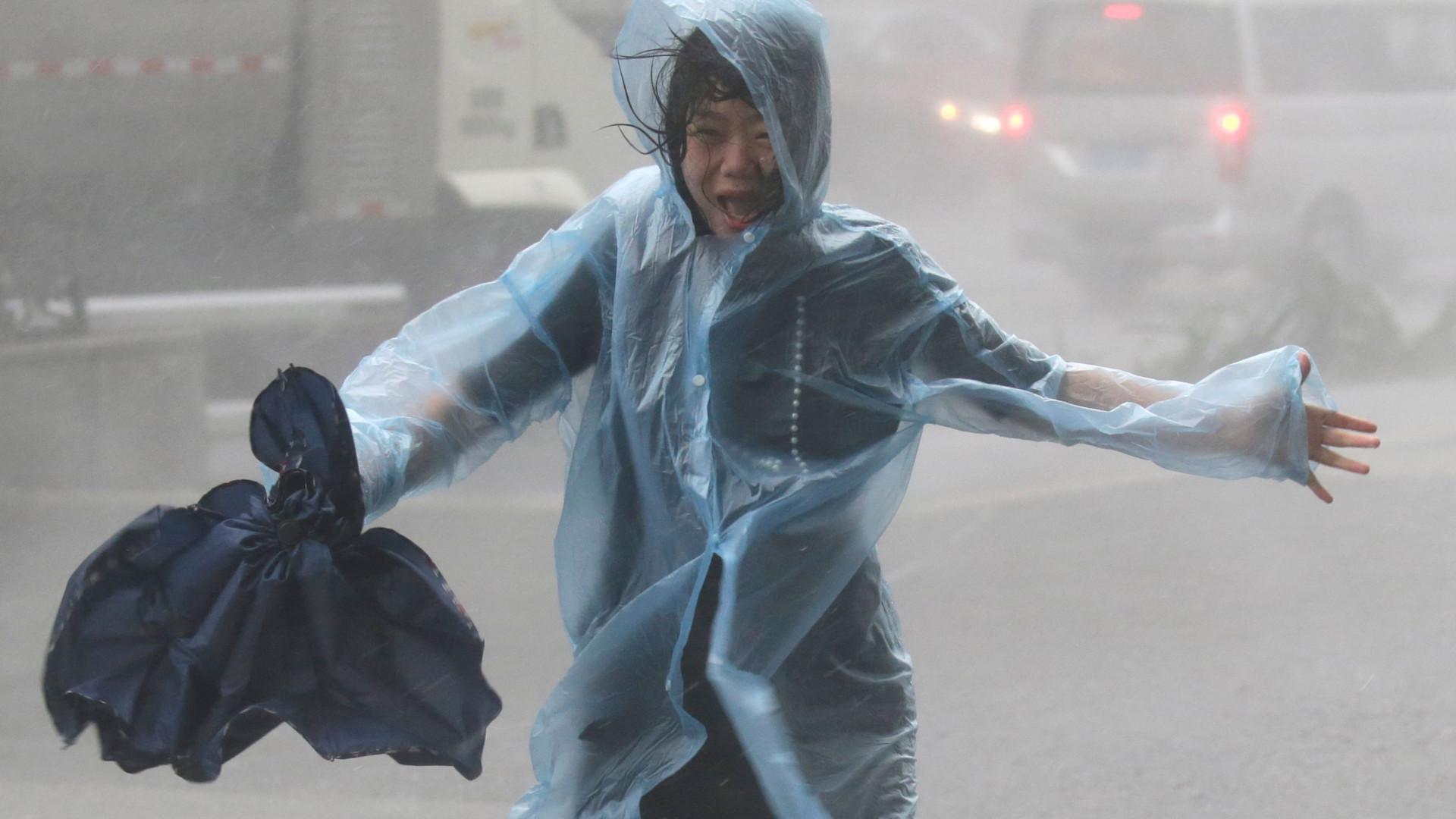 Quase 900 voos adiados ou cancelados em Hong Kong devido a tufão