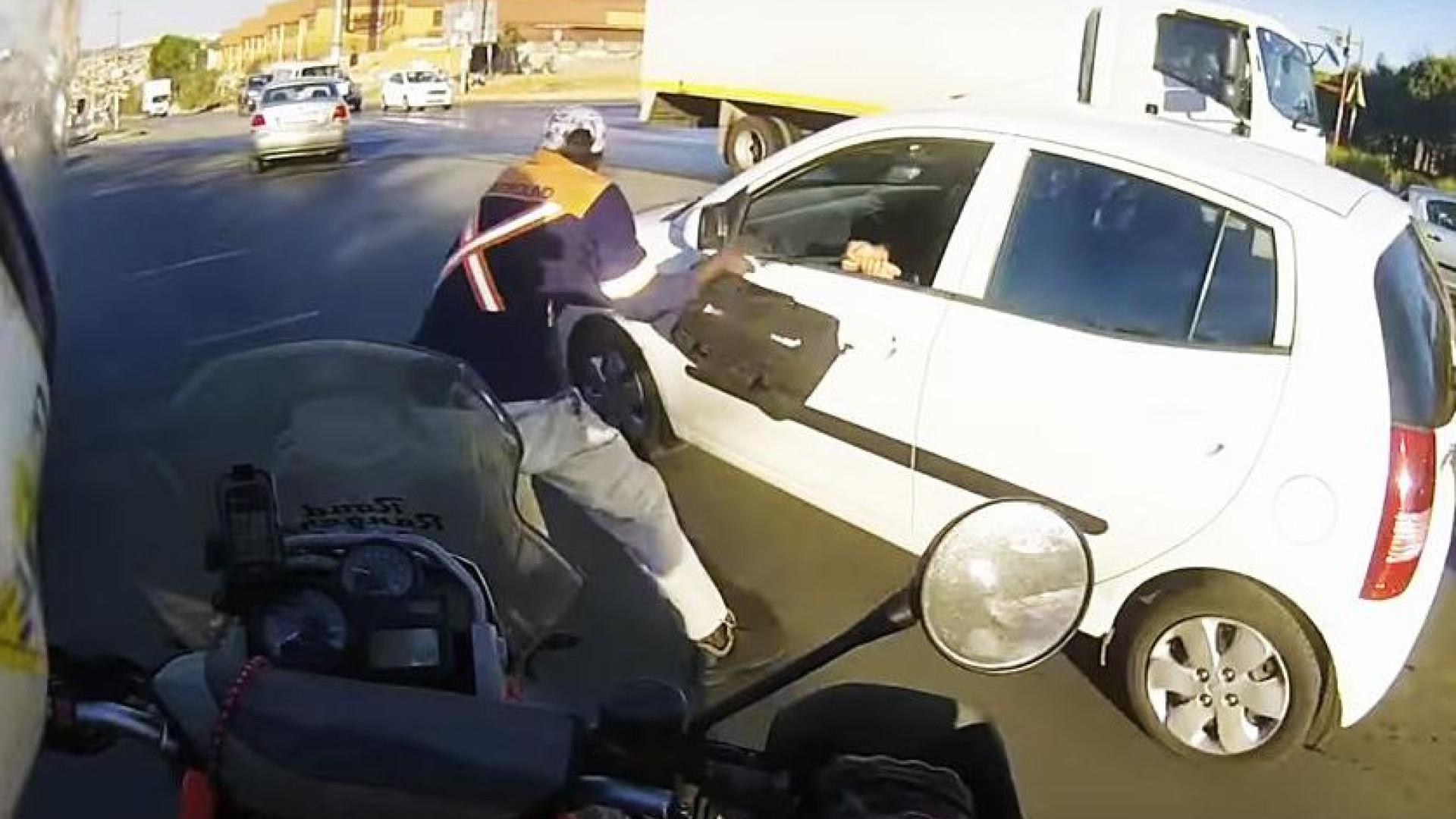 Pronta reação de motorista impede assalto na África do Sul