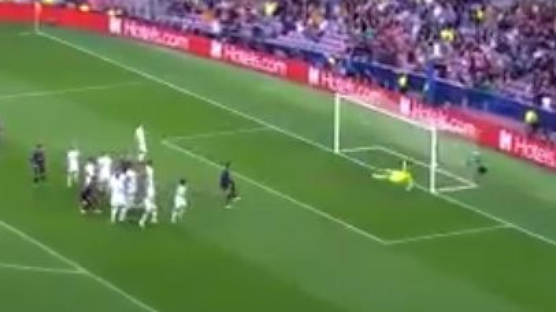 A Champions ainda mal começou e Messi já assinou esta obra de arte