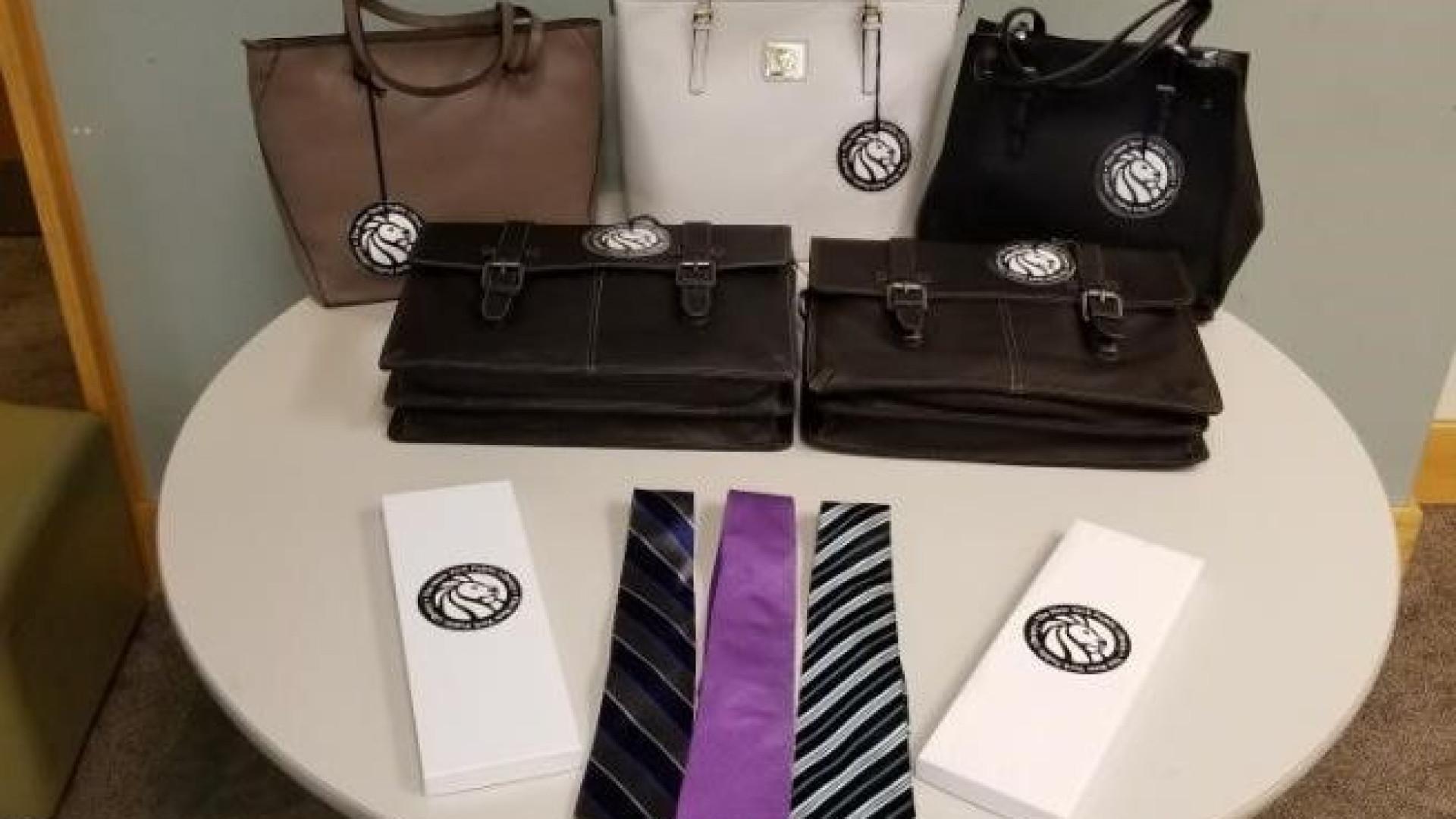 Biblioteca empresta gravatas e malas a quem precise para procurar emprego