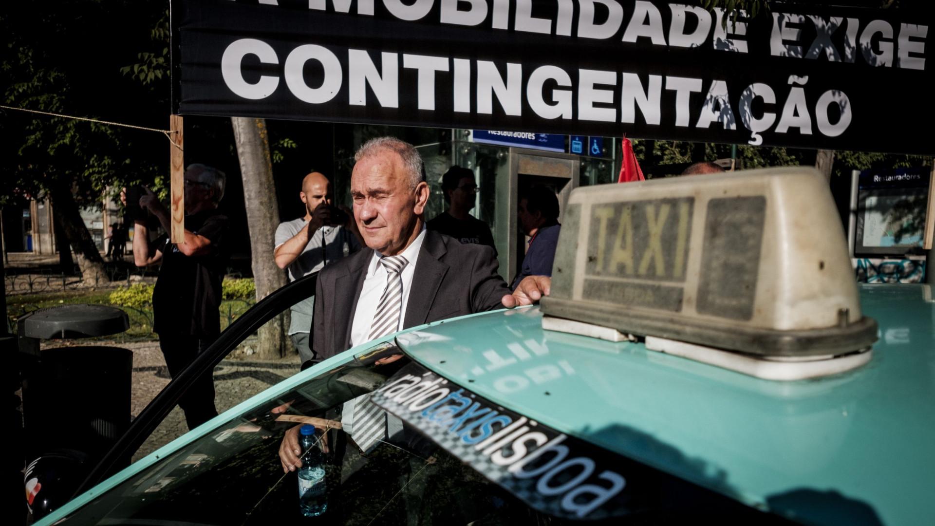 Fila de taxistas em protesto em Lisboa chega à Avenida da República