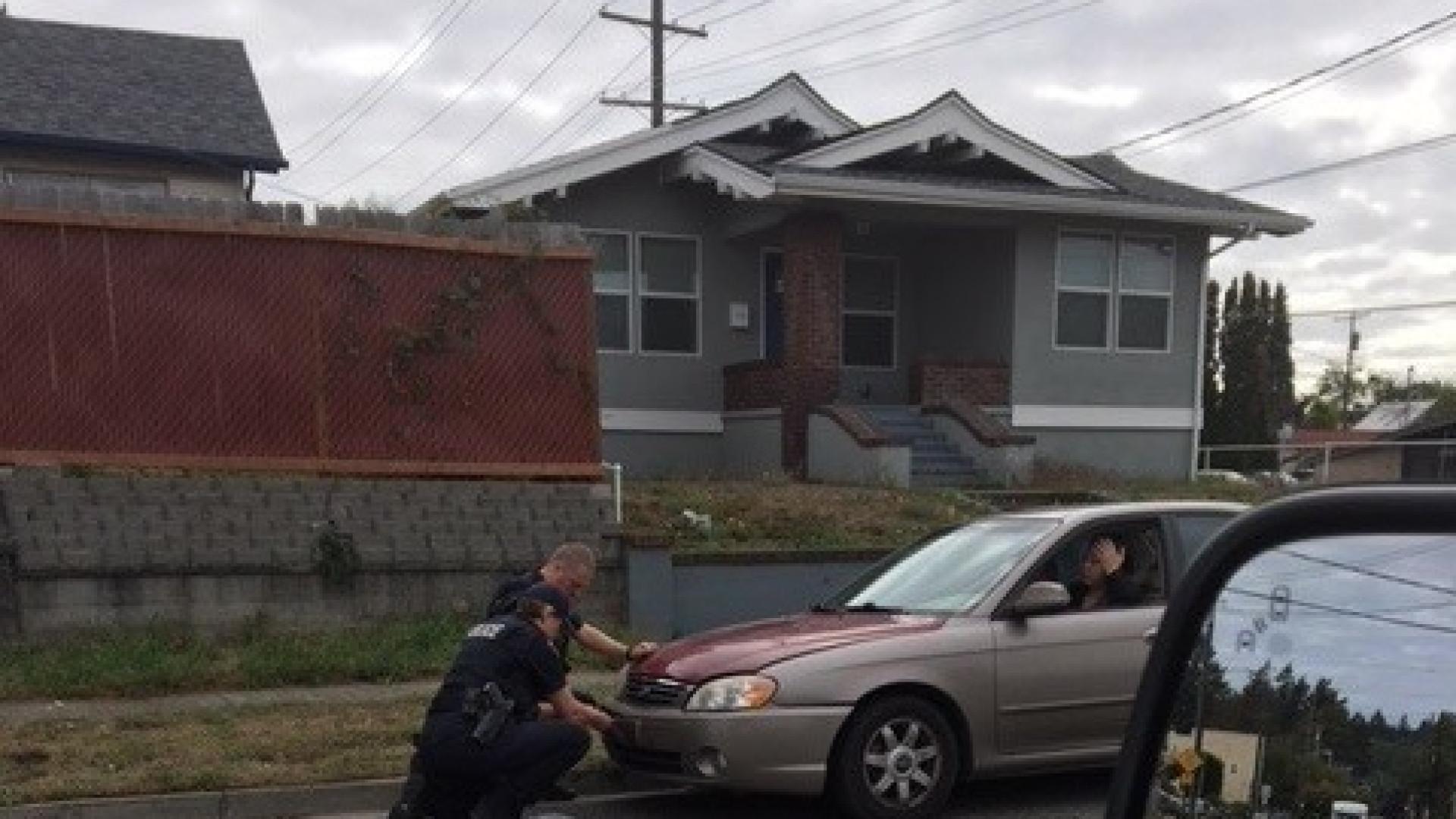 Polícia manda parar veterana naval. Ao invés de multa recebe presente