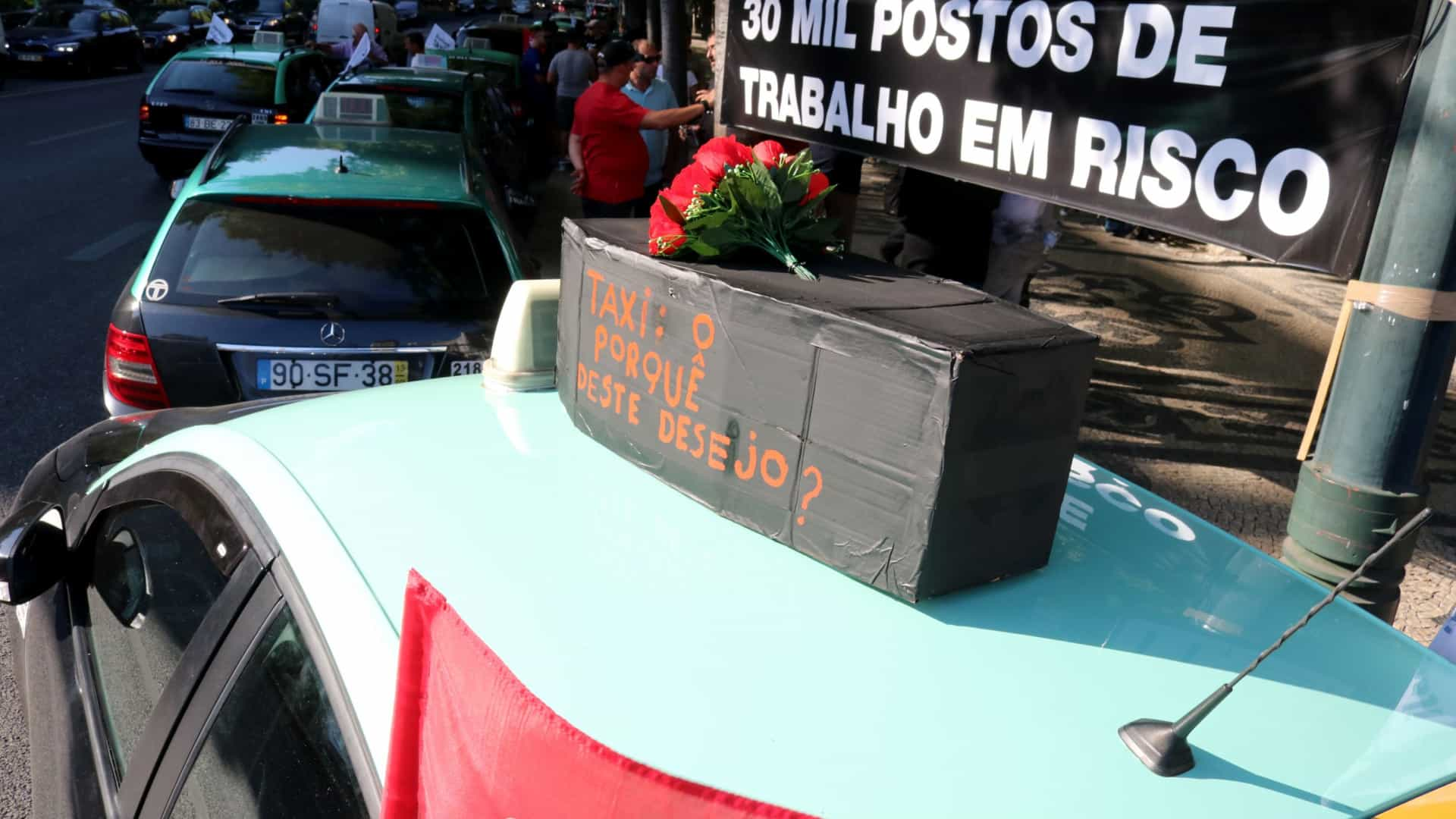 Taxistas concentrados em Faro decididos a continuar a luta