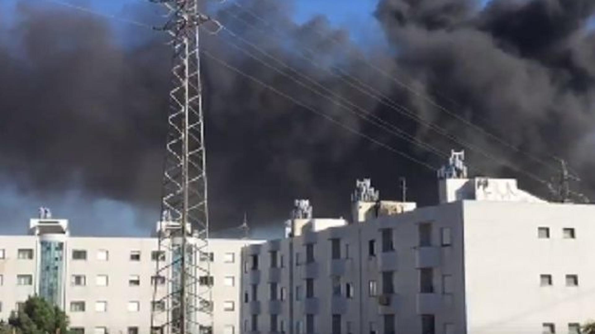 Bombeiros combatem fogo em sucata de Gondomar. Fumo negro chega ao Porto