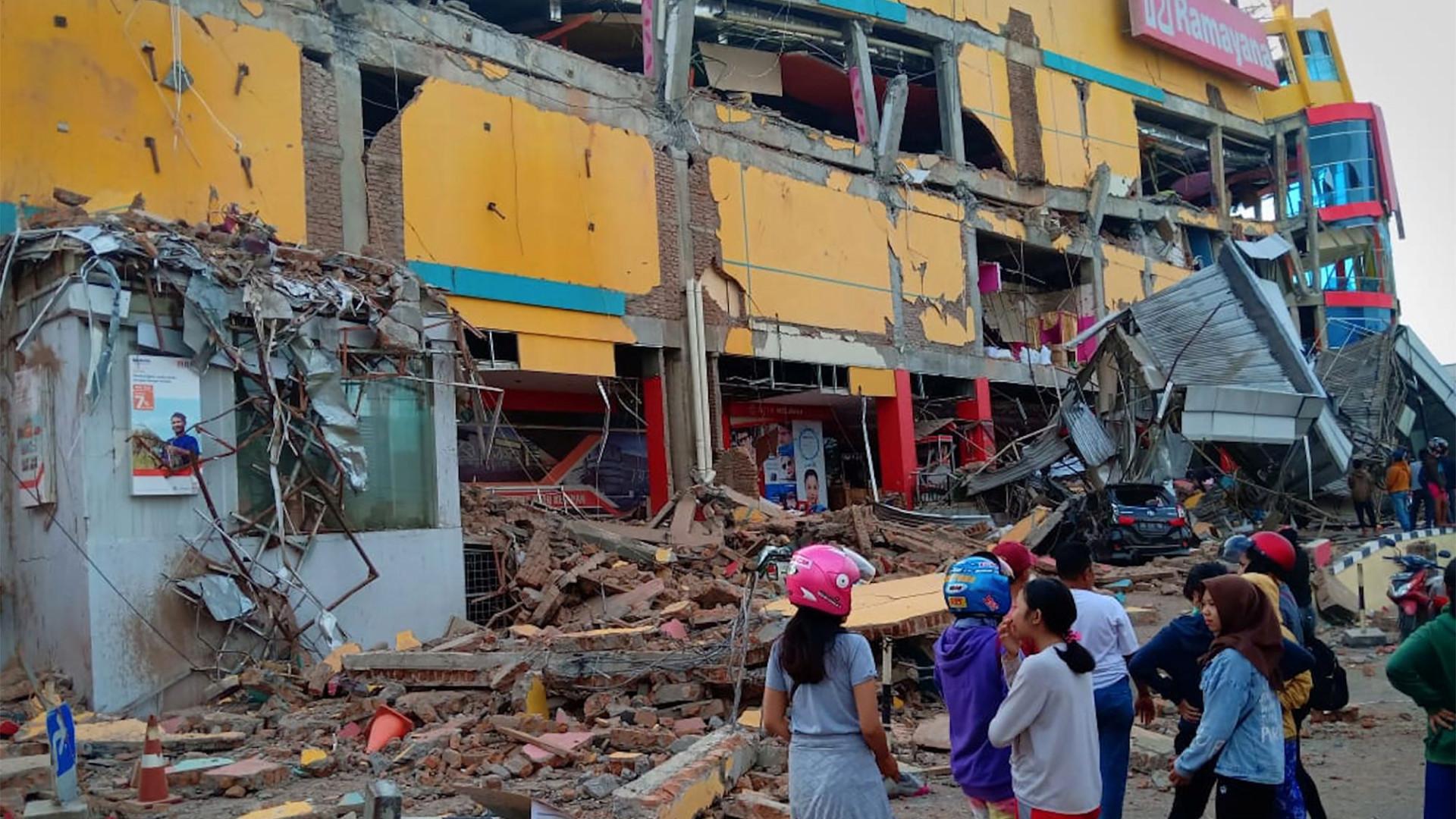 Sobe para 384 o número de mortos após tsunami na Indonésia