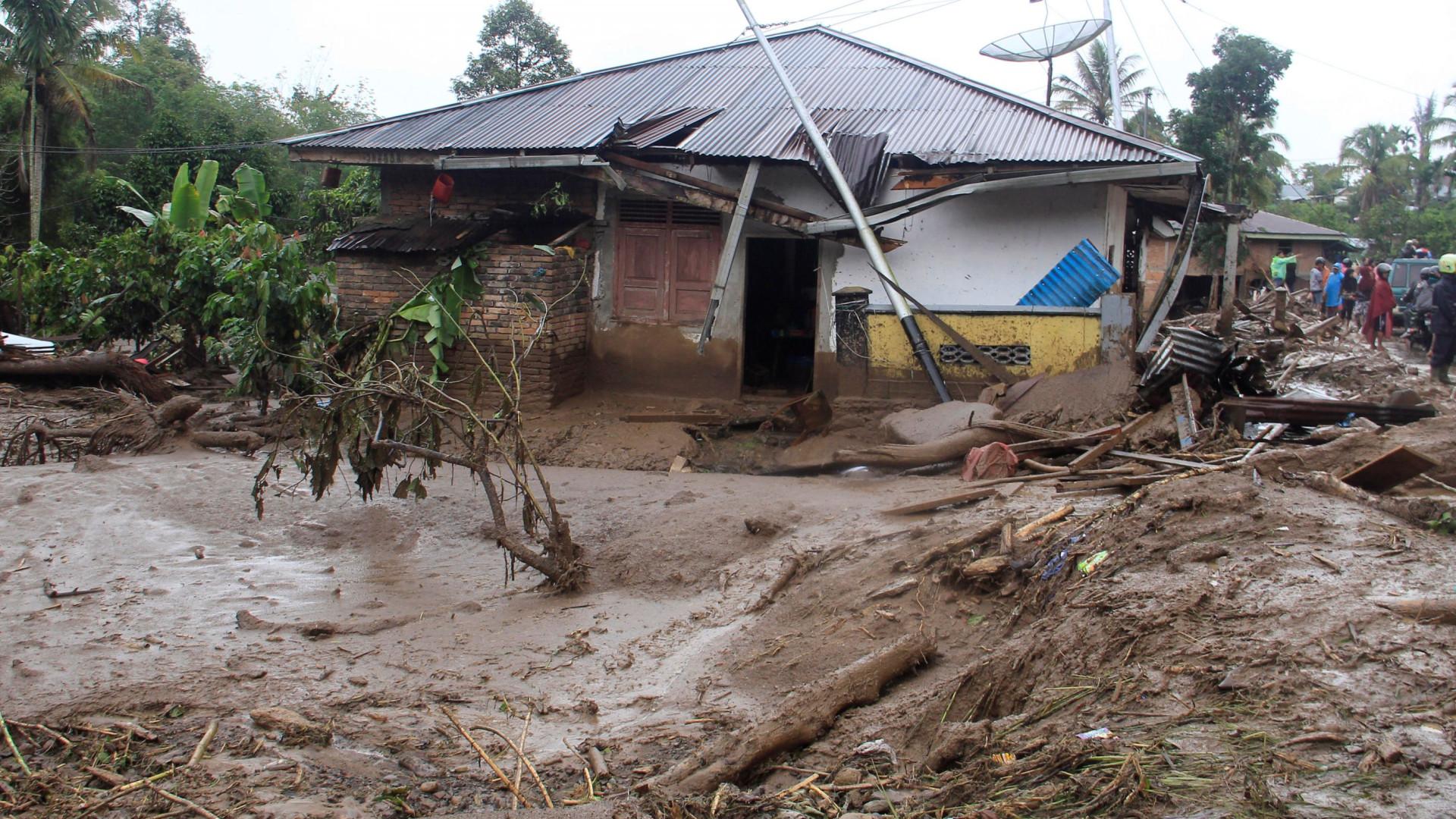Cheias e deslizamentos de terra causam pelo menos 27 mortos na Indonésia