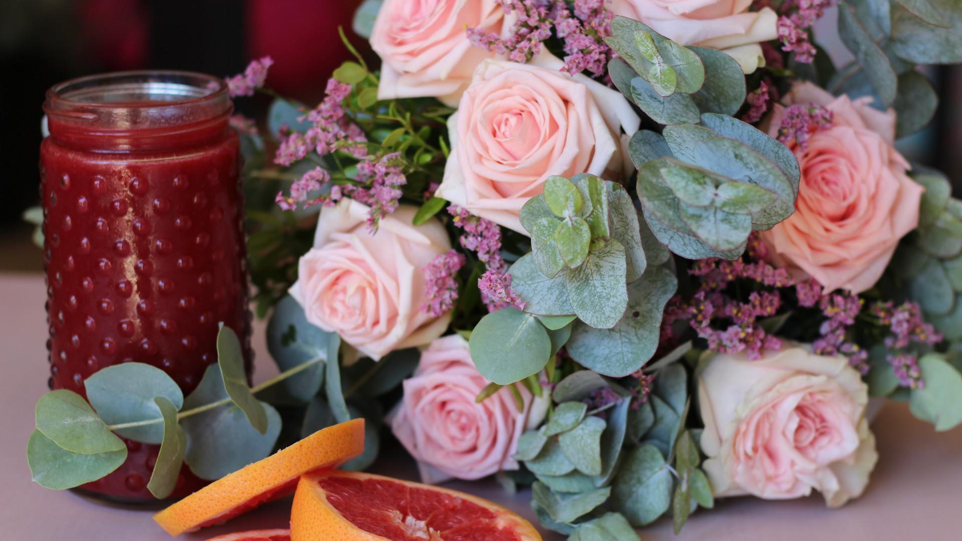 Um ramo, uma doação. Colvin veste-se de cor-de-rosa