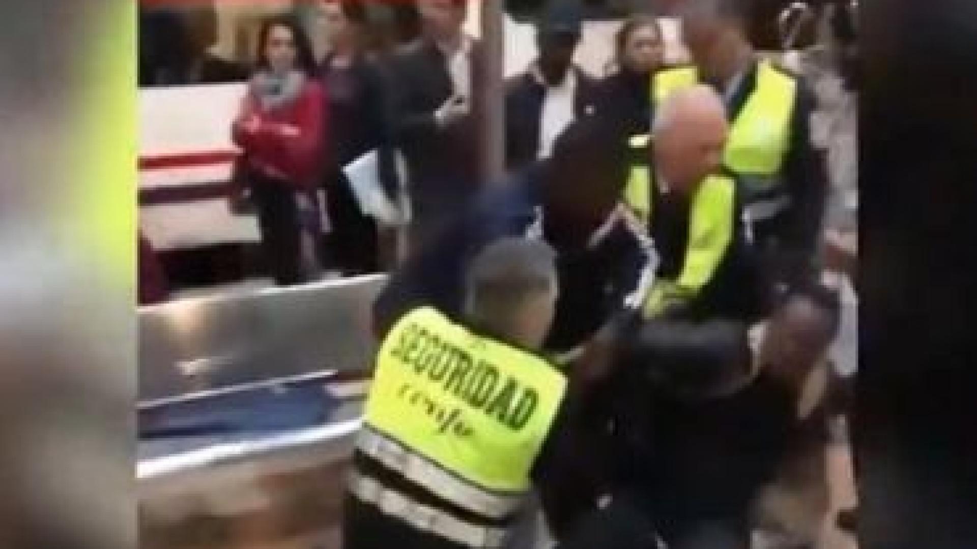 Seguranças acusados de racismo por expulsarem homem negro de comboio