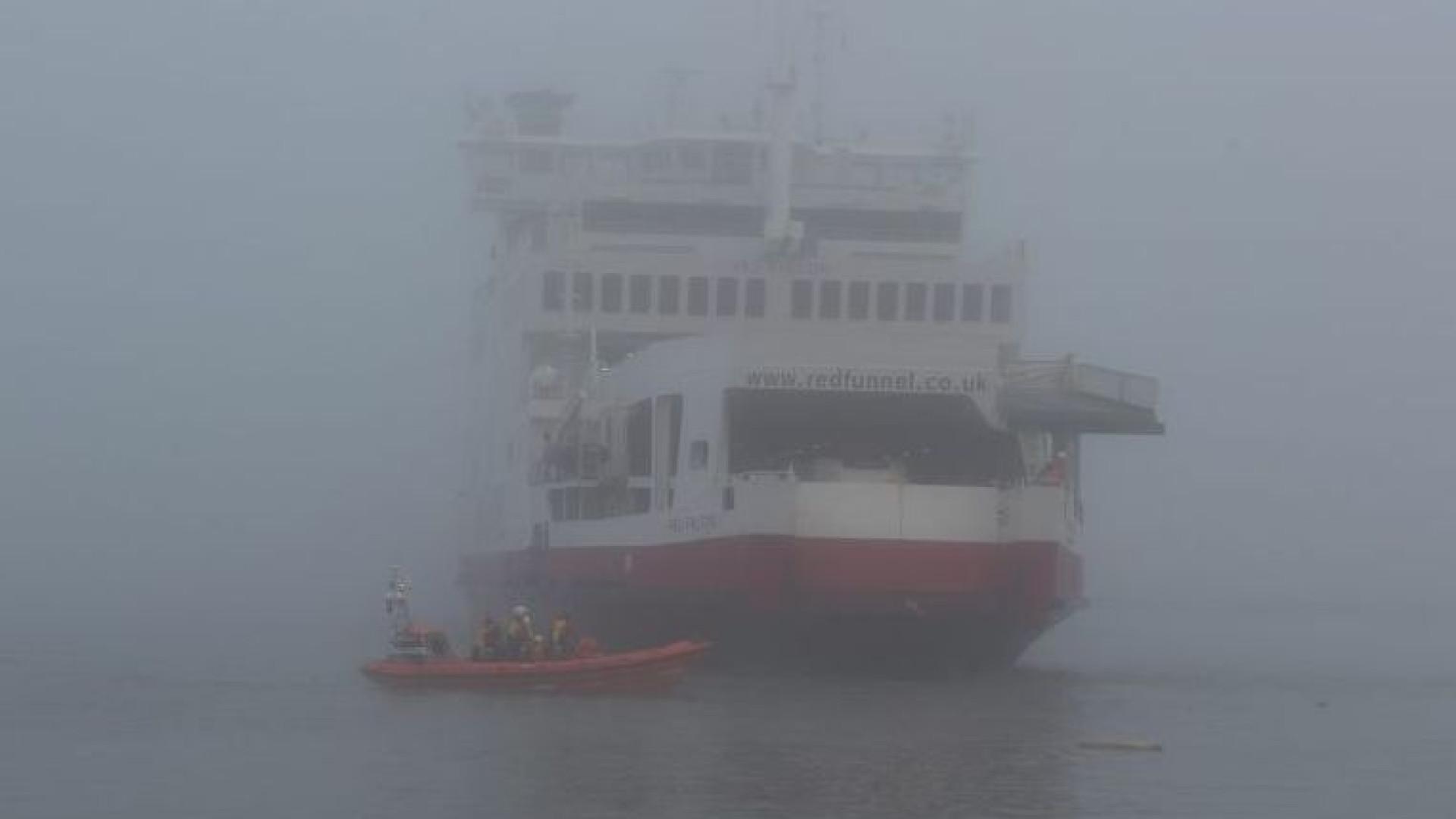 Navio embateu contra dois iates. Foi lançada operação de resgate