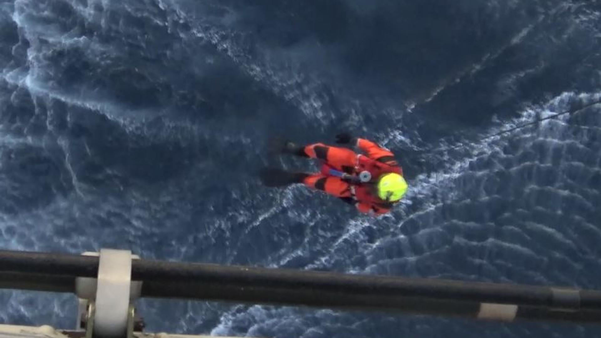 Força Aérea resgata homem que rumava aos Açores quando veleiro afundou