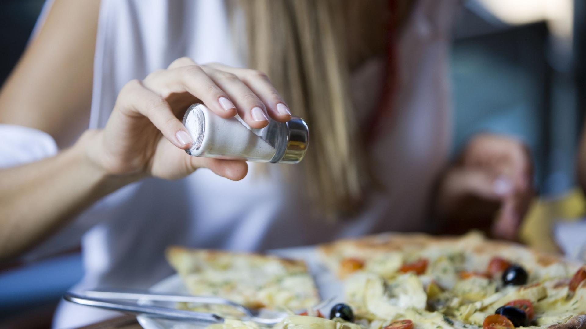 Os perigos do sal. Sim, pode estar a temperar os alimentos com plástico